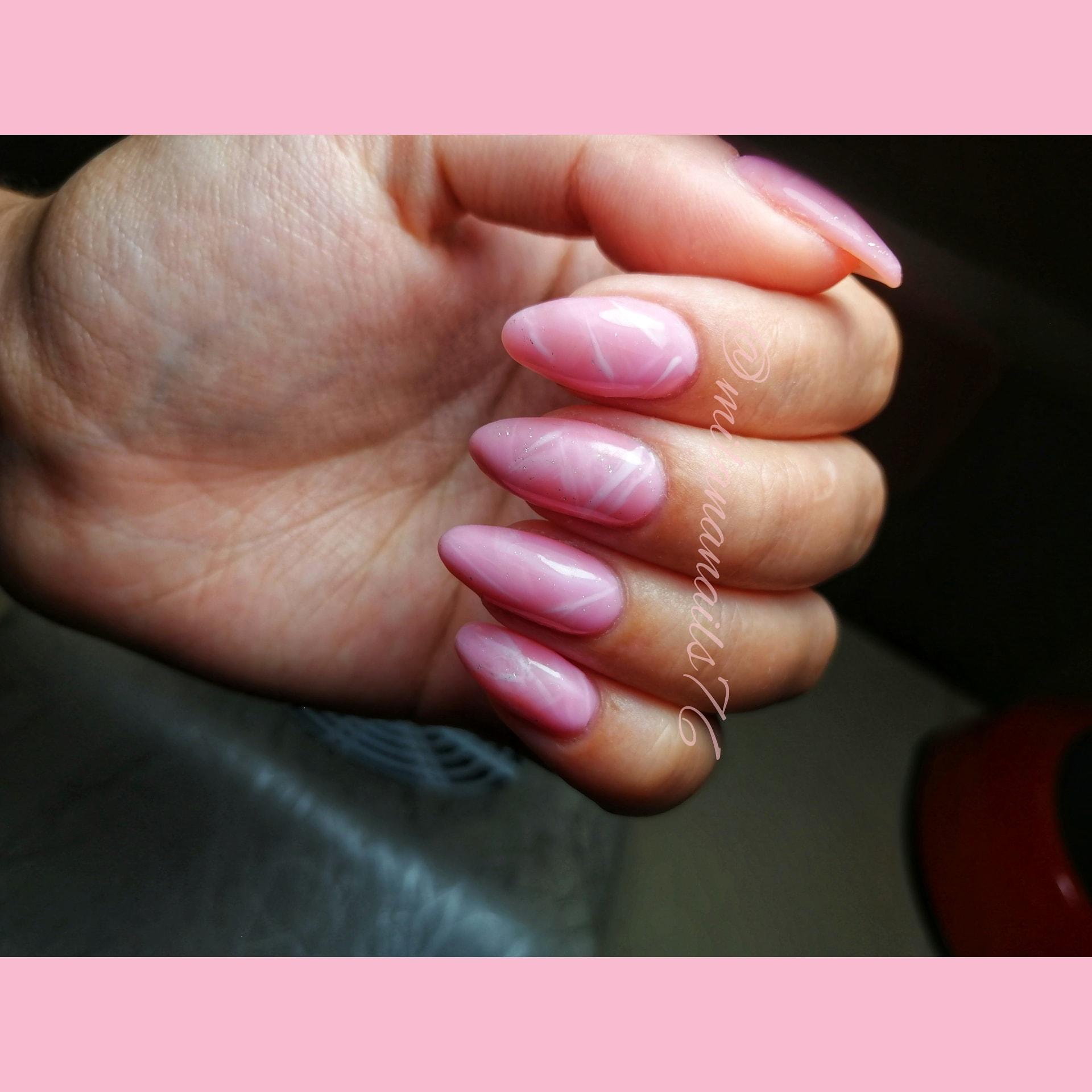 Маникюр с мраморным дизайном в розовом цвете на длинные ногти.