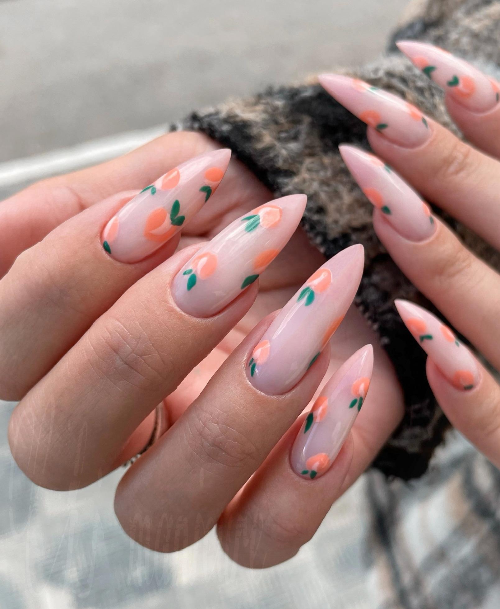 Маникюр на длинные ногти с персиками