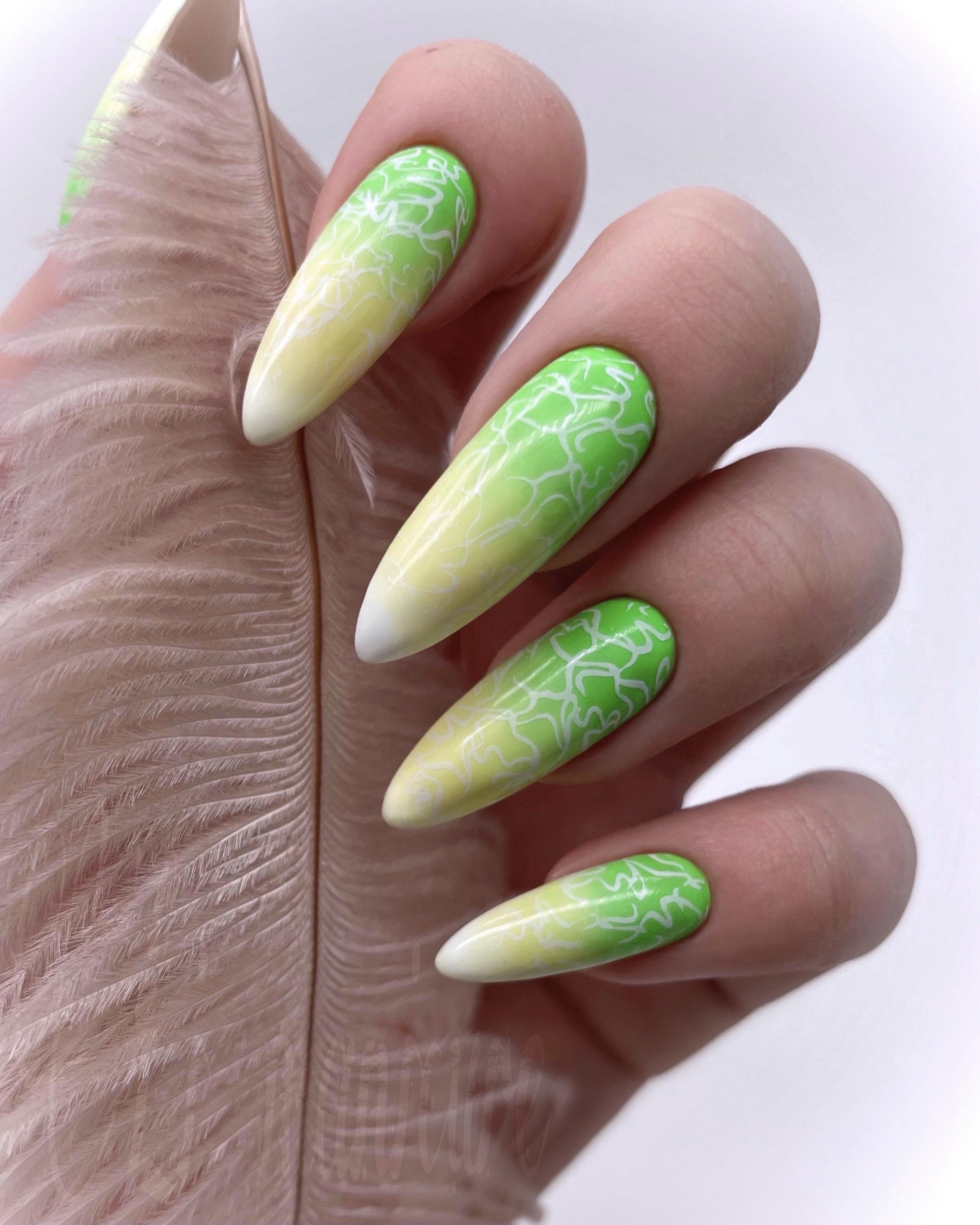 Маникюр с градиентом в зелёном цвете