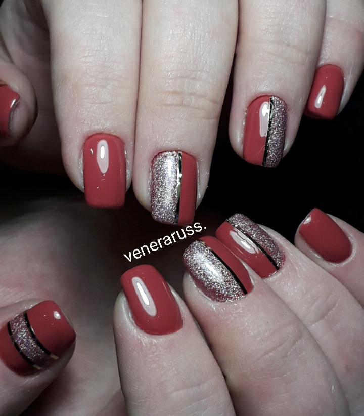 Маникюр с блестками и полосками в красном цвете.