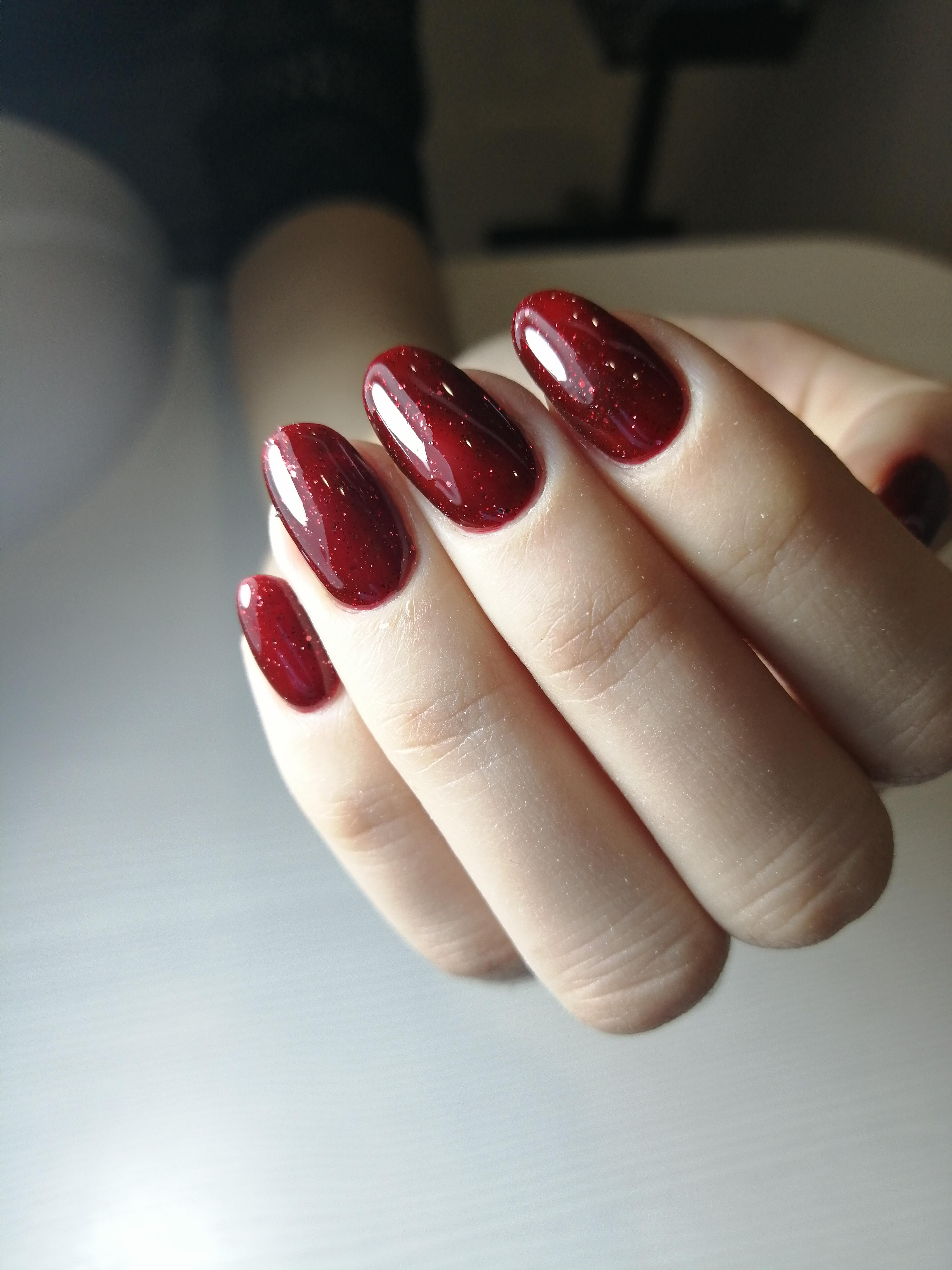Блестящий маникюр в темно-красном цвете.