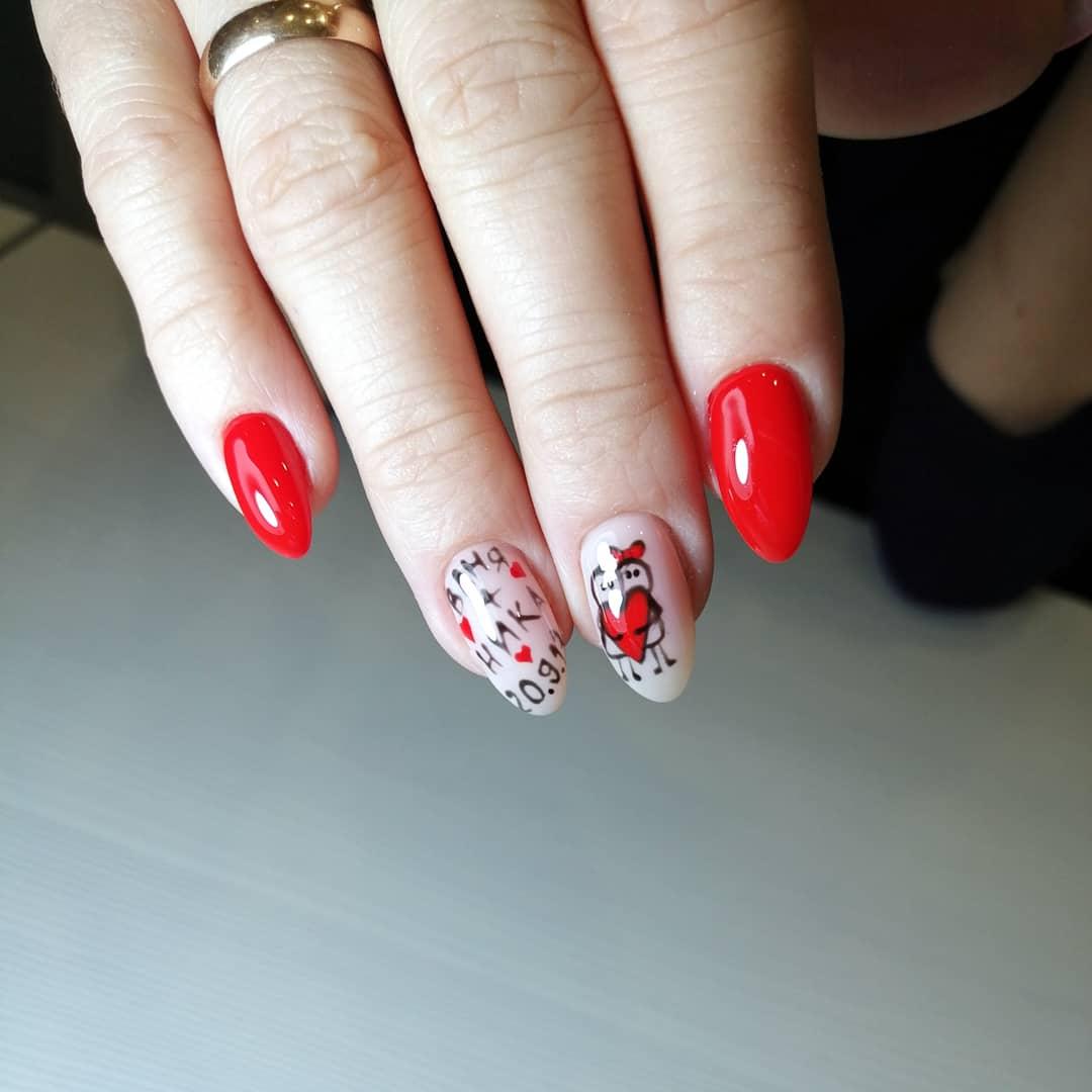 Маникюр с сердечками и надписями в красном цвете.