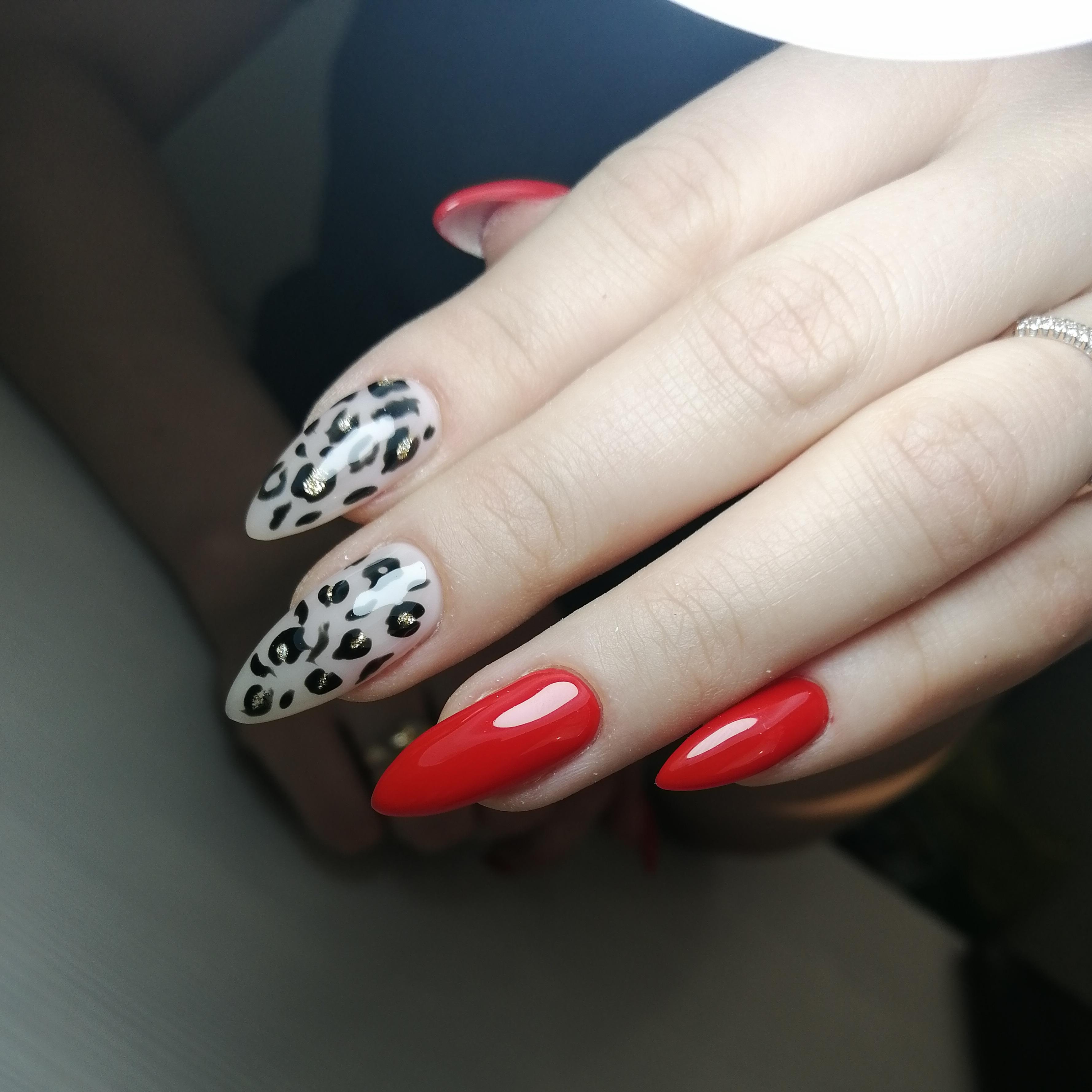 Маникюр с леопардовым принтом в красном цвете.