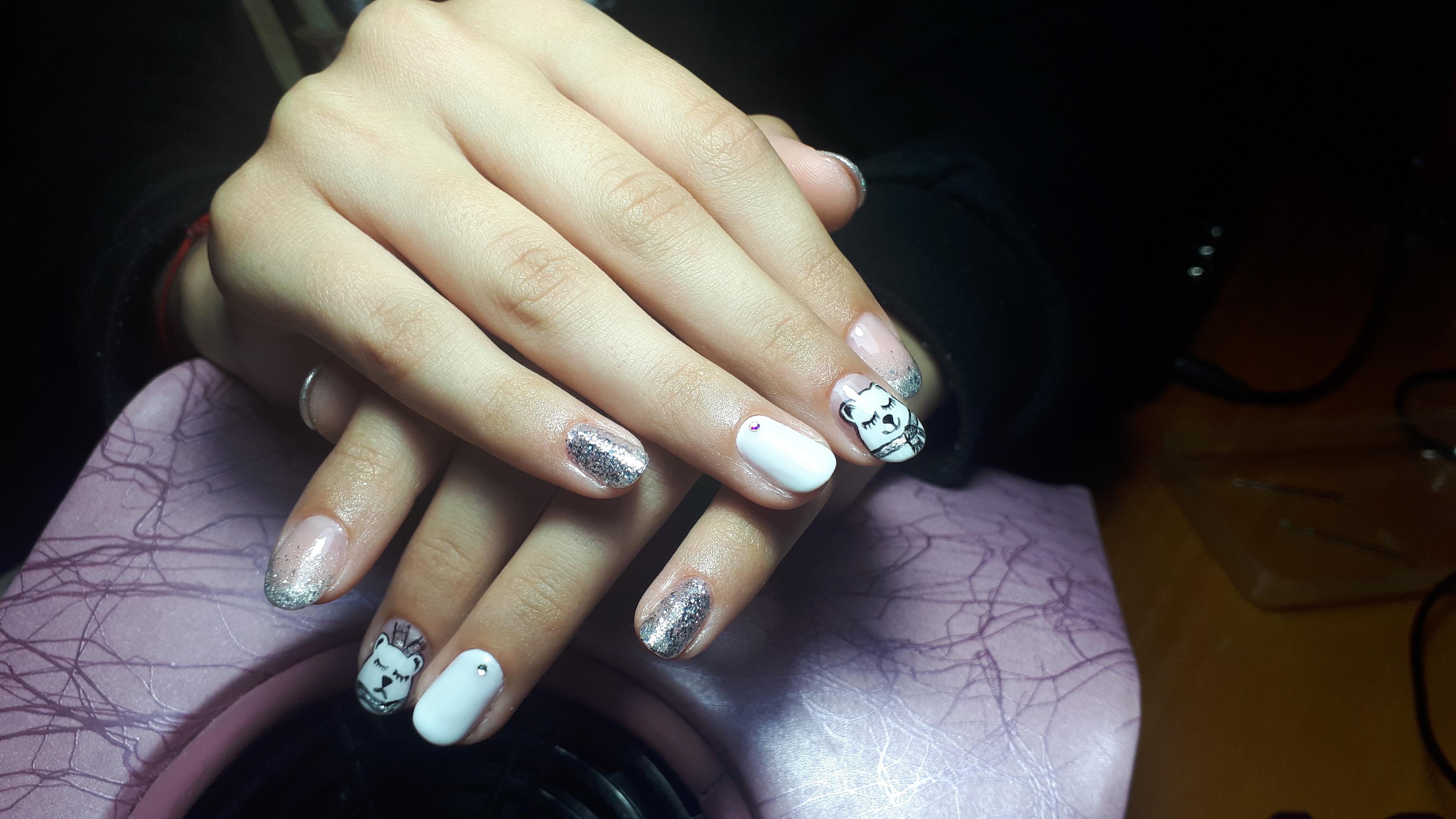 Маникюр с мультяшным медвежонком и серебряными блестками на короткие ногти.