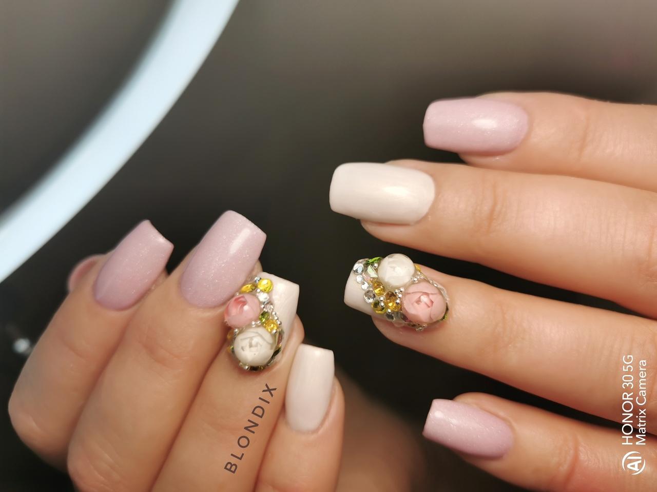 Маникюр с цветочной лепкой в пастельных тонах на длинные ногти.