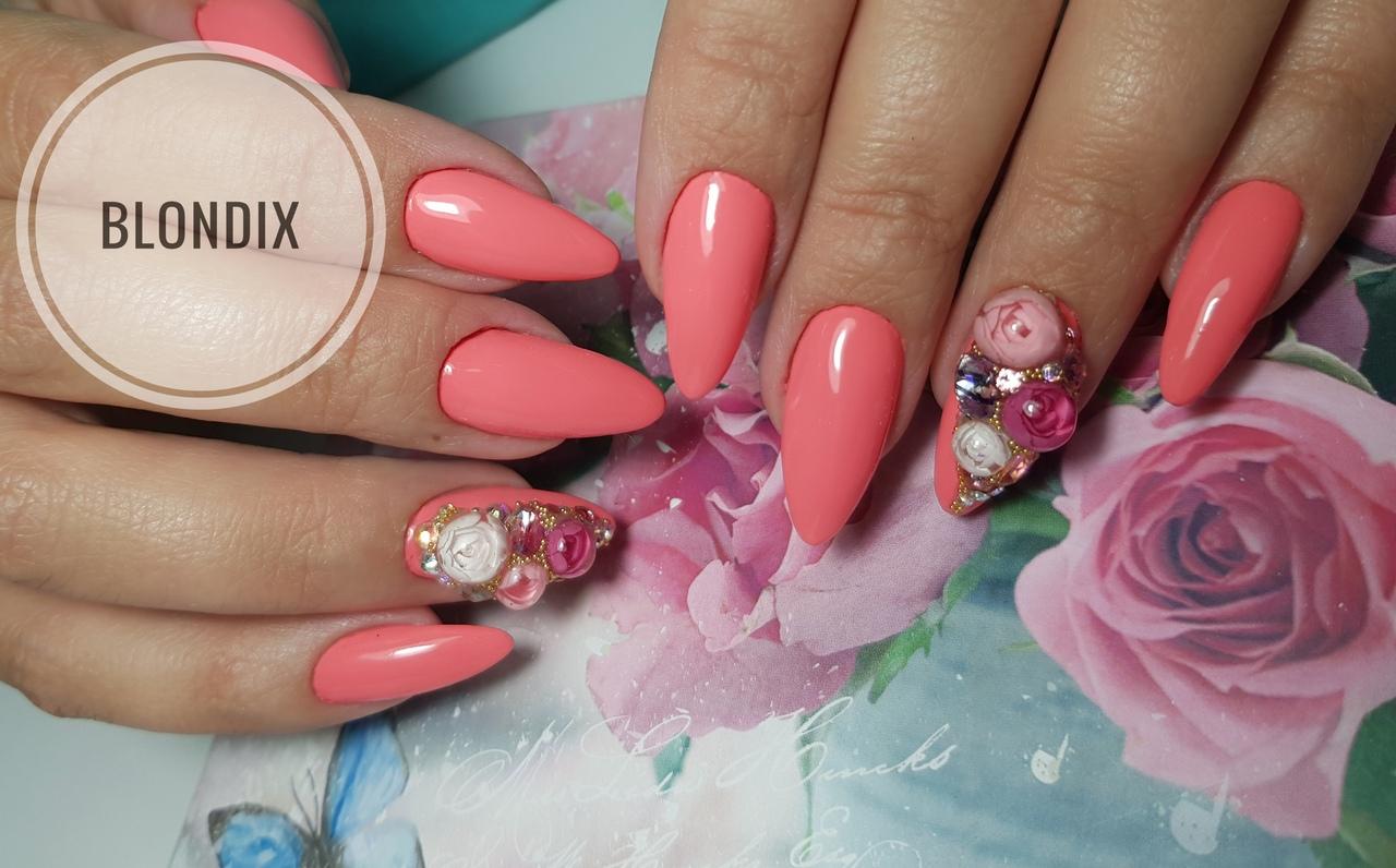 Маникюр со стразами в коралловом цвете на длинные ногти.