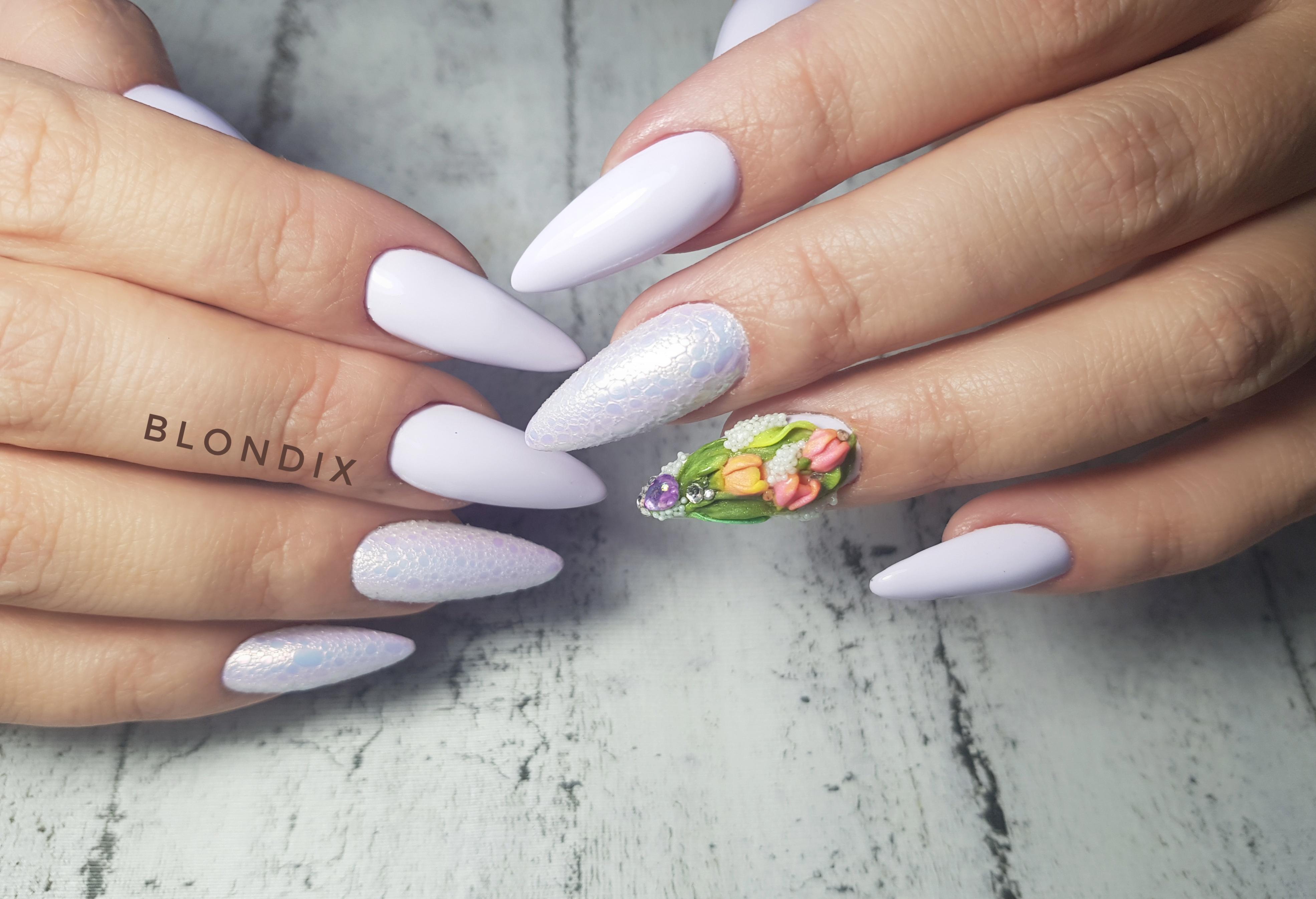Маникюр с цветочной лепкой, втиркой и bubble-эффектом в сиреневом цвете на длинные ногти.