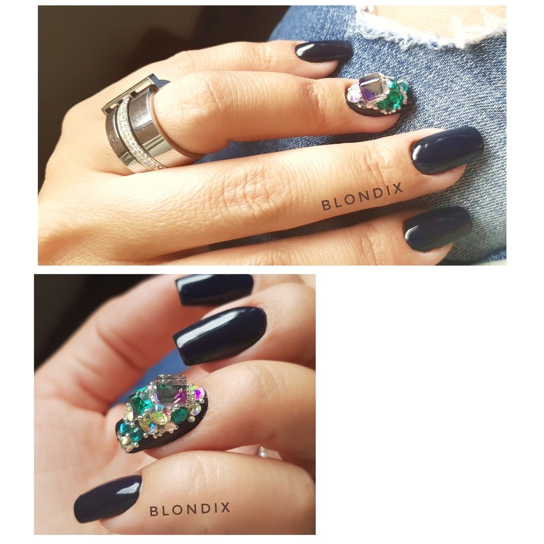 Маникюр со стразами в темно-синем цвете на короткие ногти.