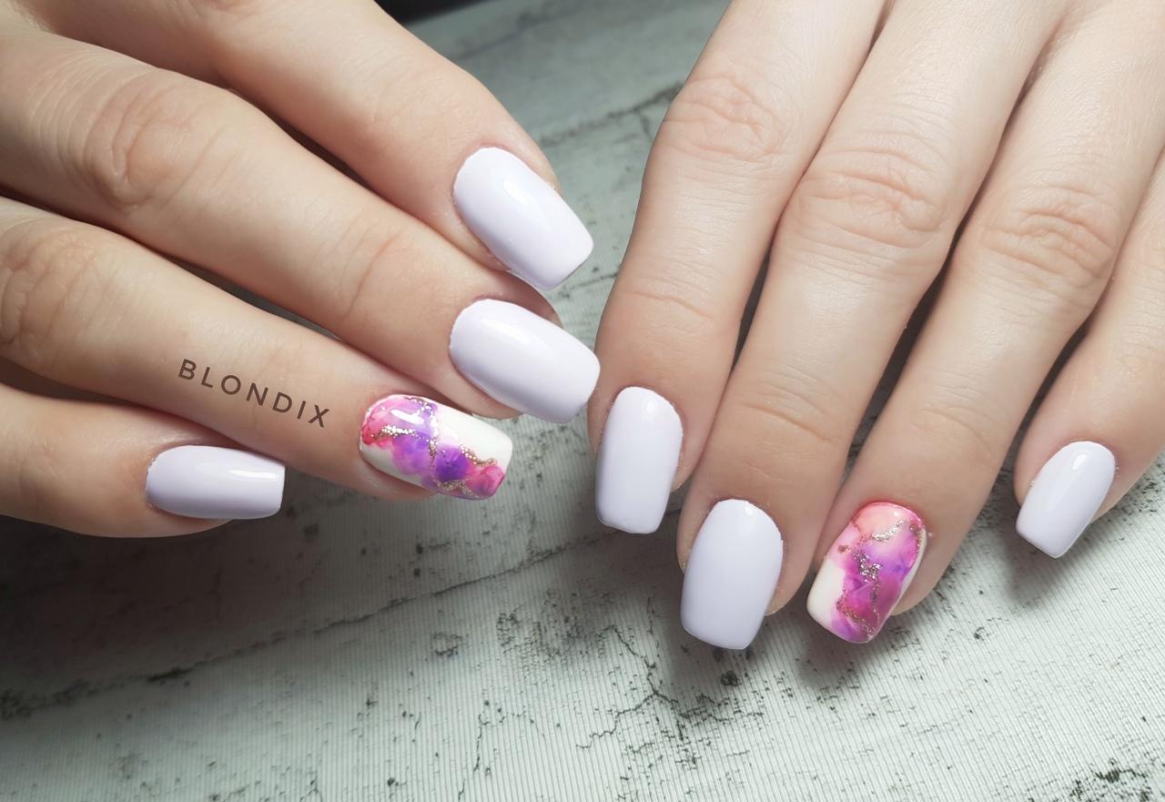 Маникюр с цветным абстрактным рисунком в пастельных тонах на короткие ногти.