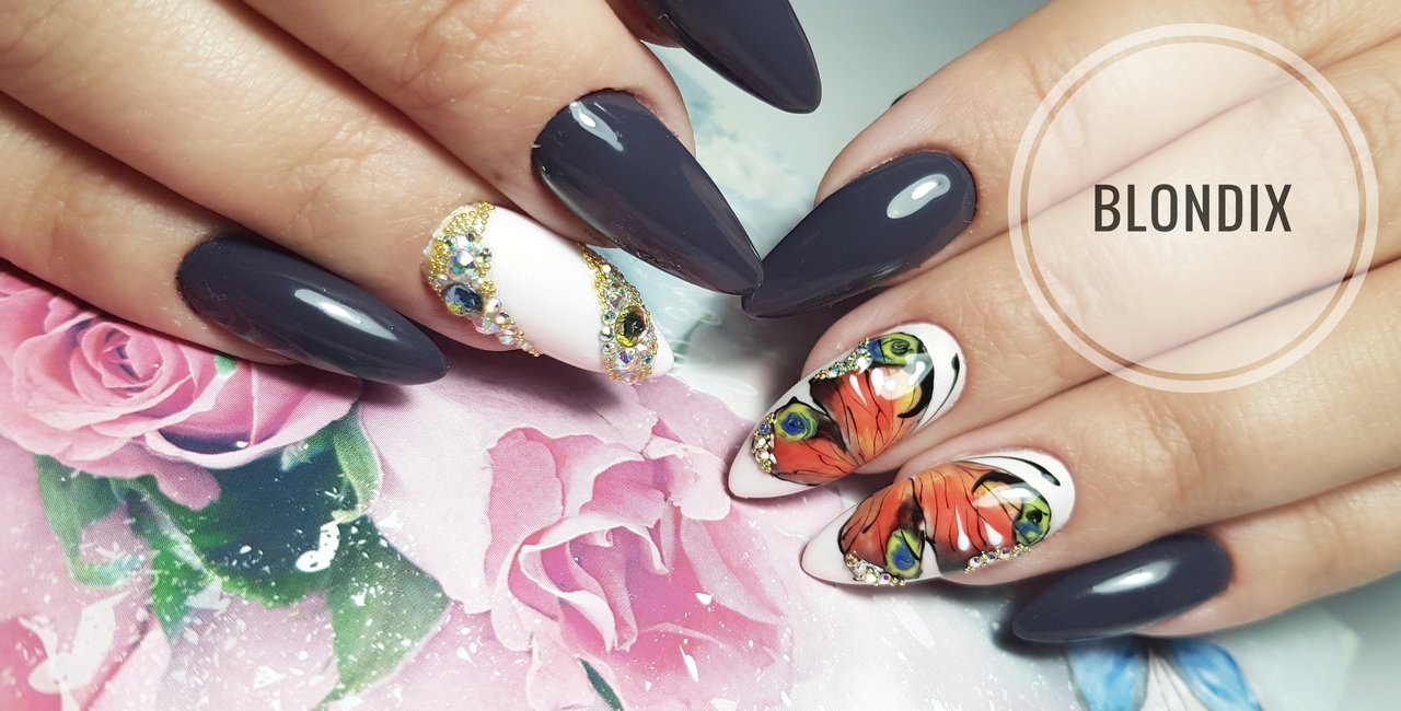 Маникюр с бабочкой и стразами в сером цвете на длинные ногти.