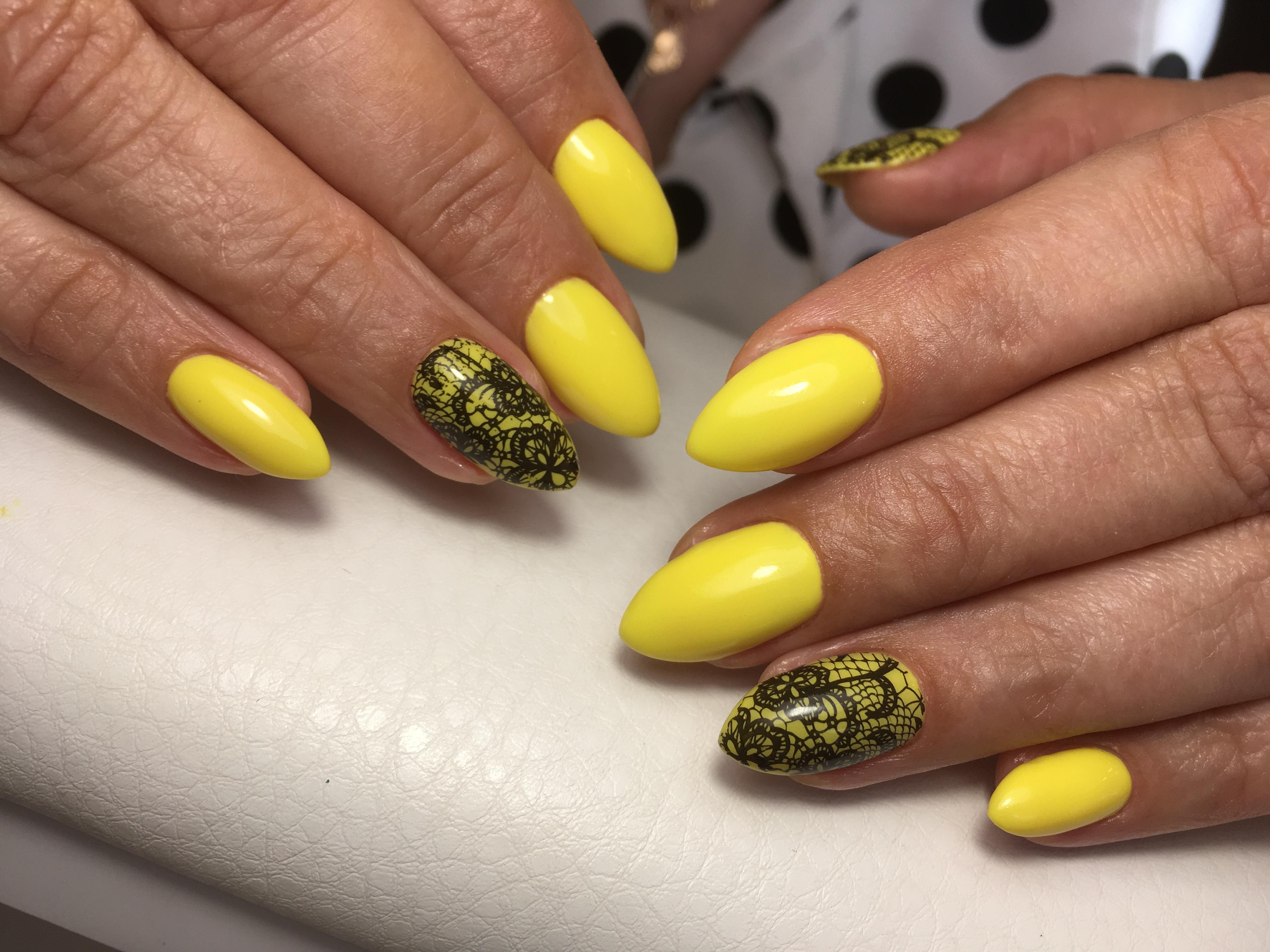 Маникюр с кружевным дизайном в желтом цвете.