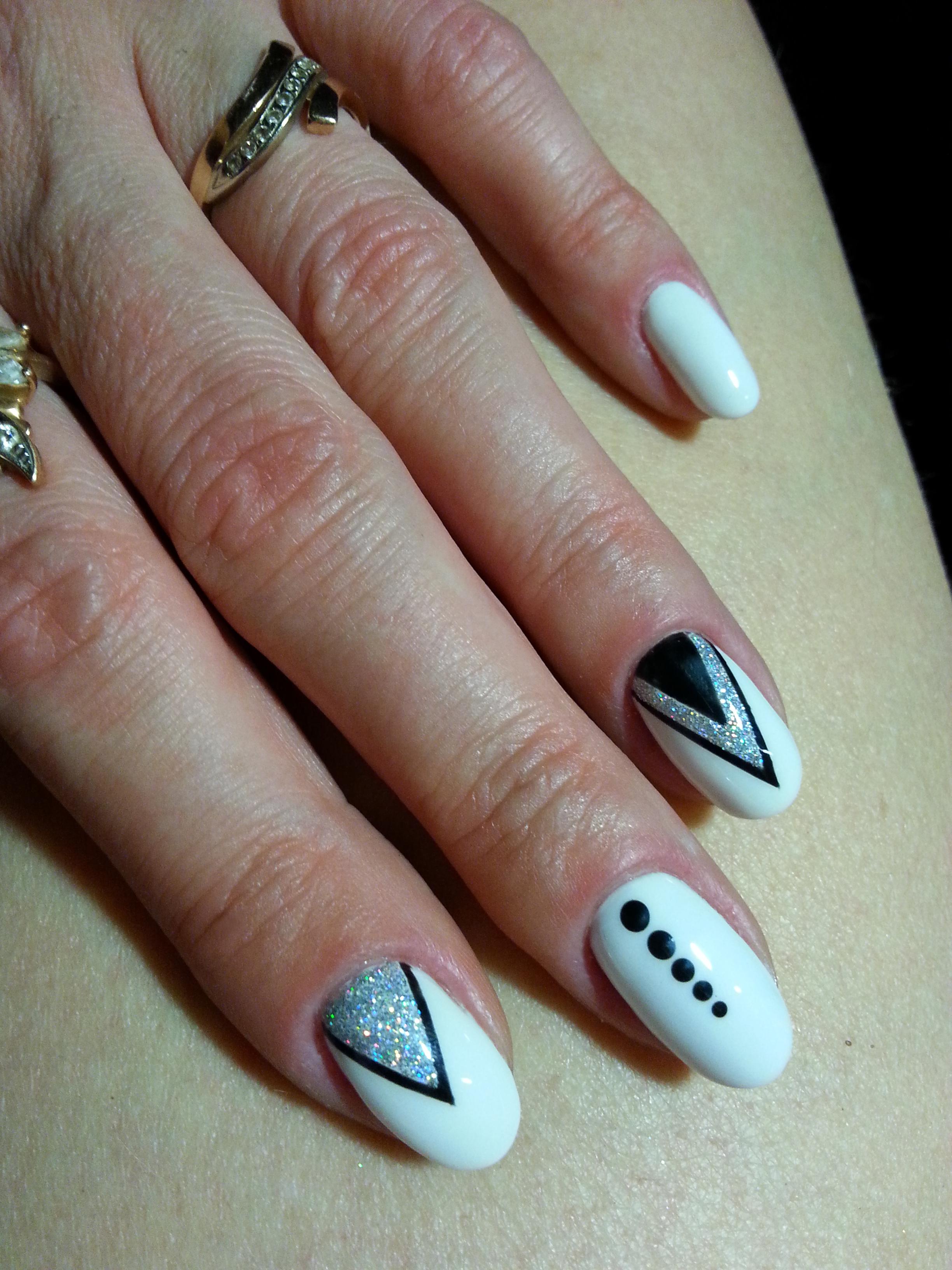 Геометрический маникюр с серебряными блестками в белом цвете на короткие ногти.