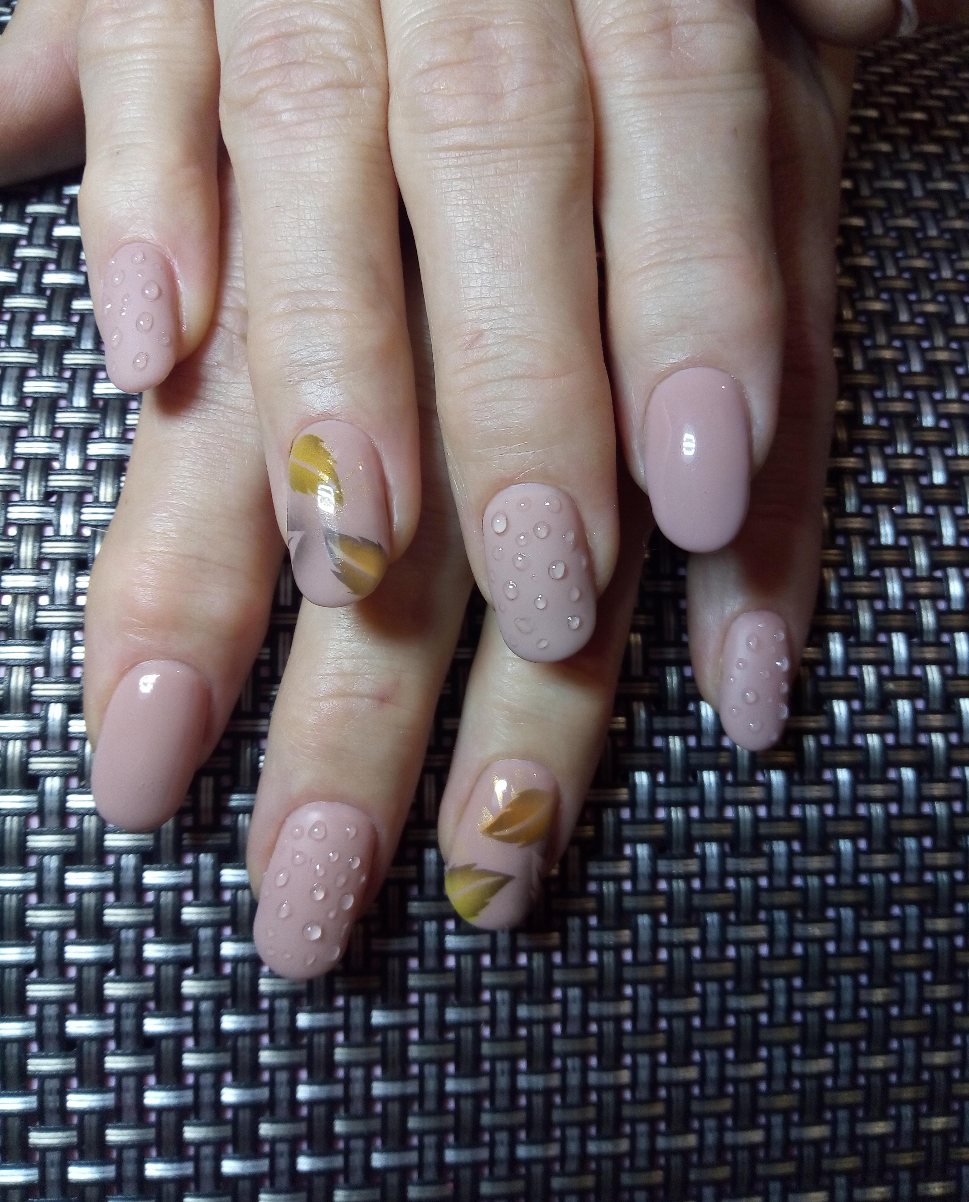 Нюдовый осенний маникюр с листочками и капельками на короткие ногти.
