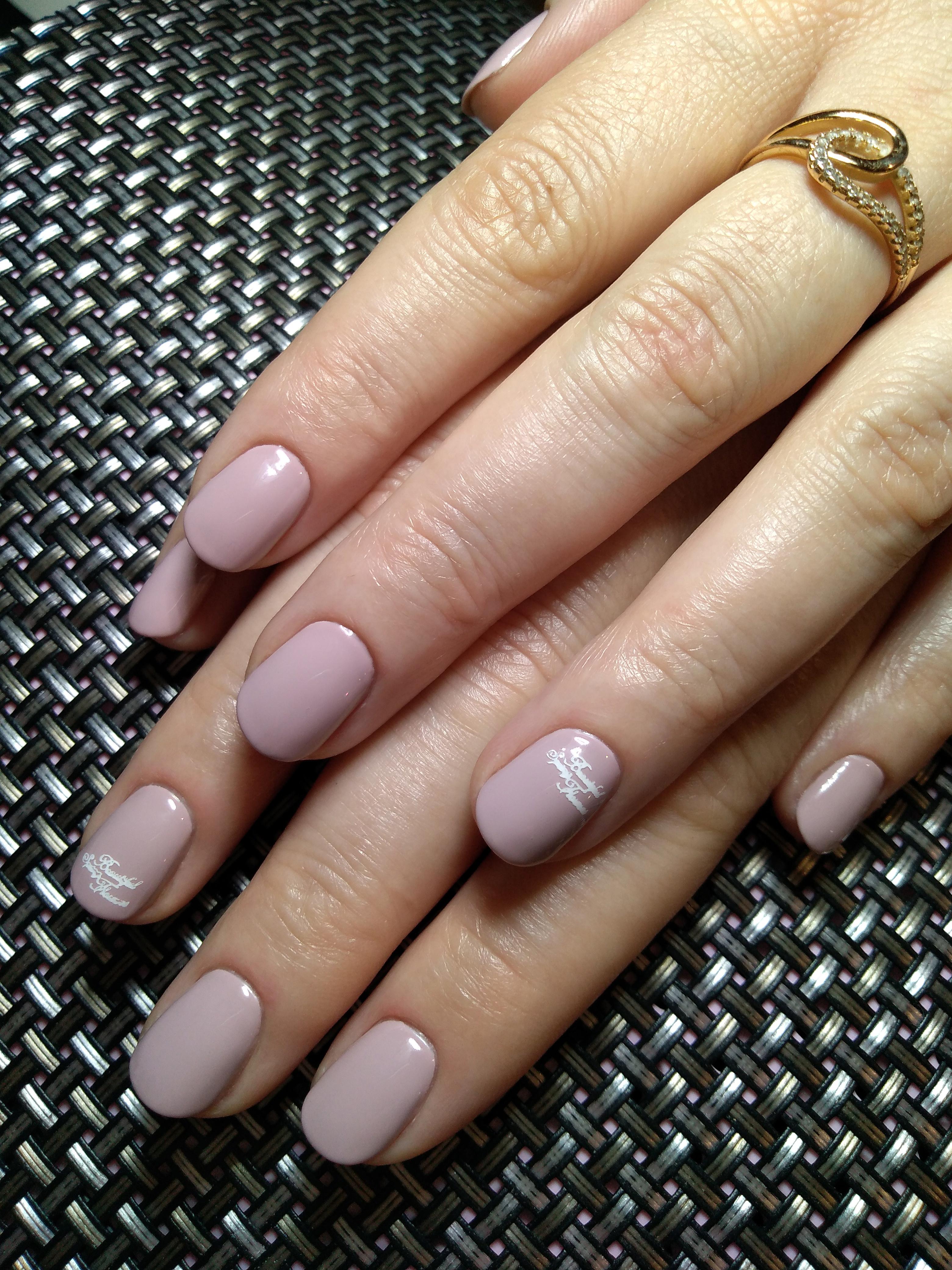 Марикюр с надписями в пастельных тонах на короткие ногти.