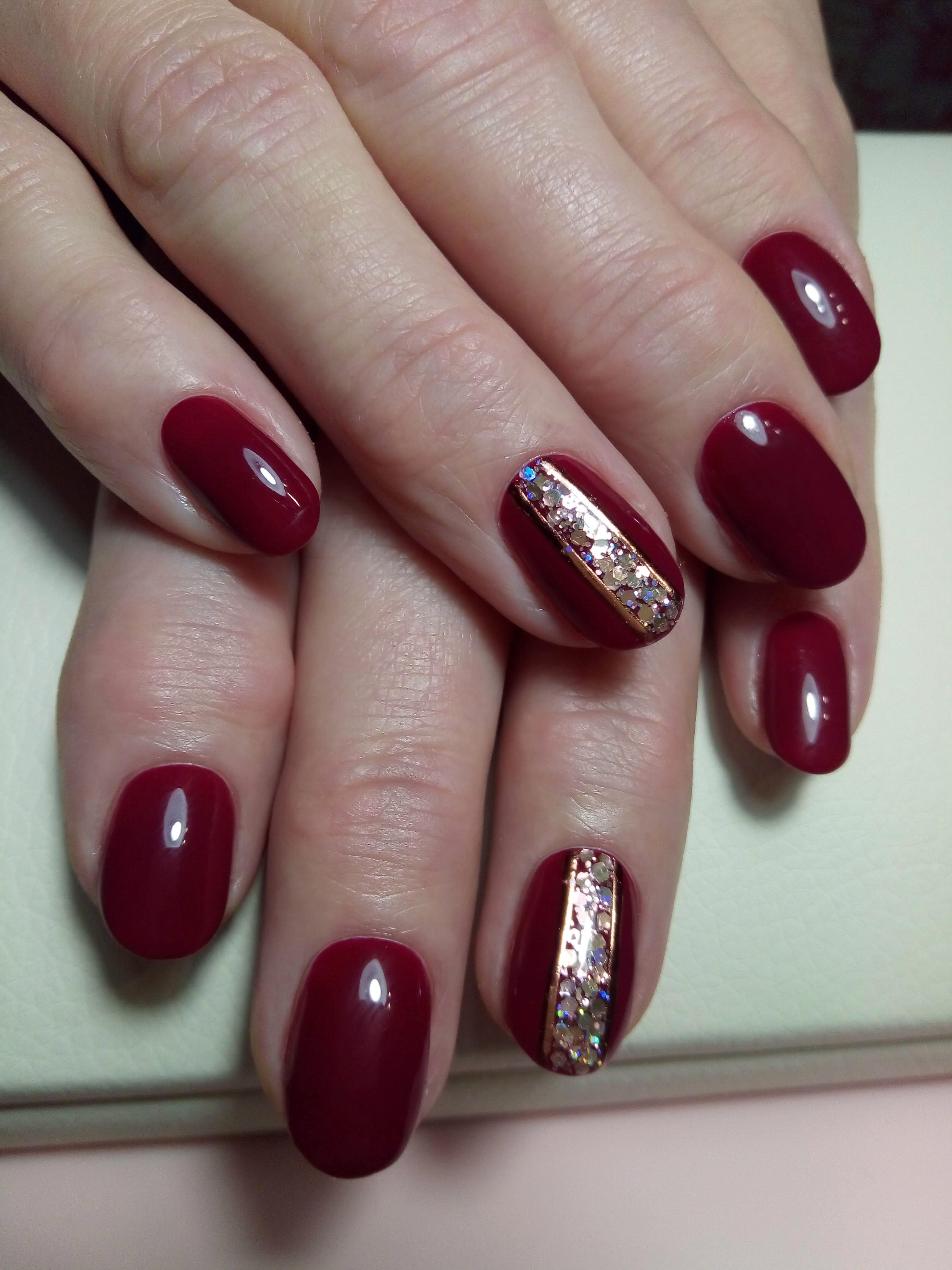 Длинна - желание клиента. Красный глянцевый маникюр на короткие ногти, с блёстками и гибкими лентами.