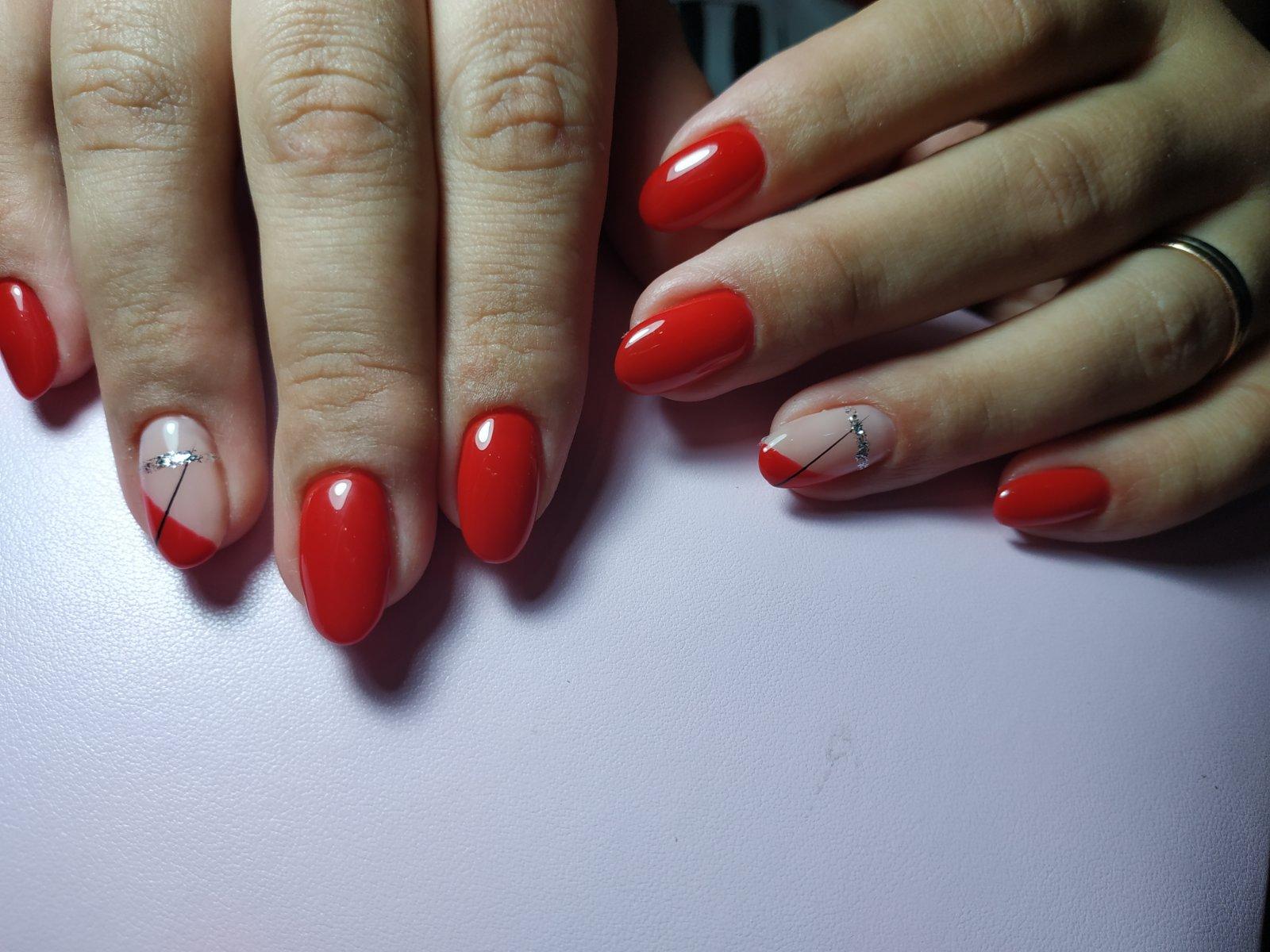 Геометрический маникюр в красном цвете на короткие ногти.