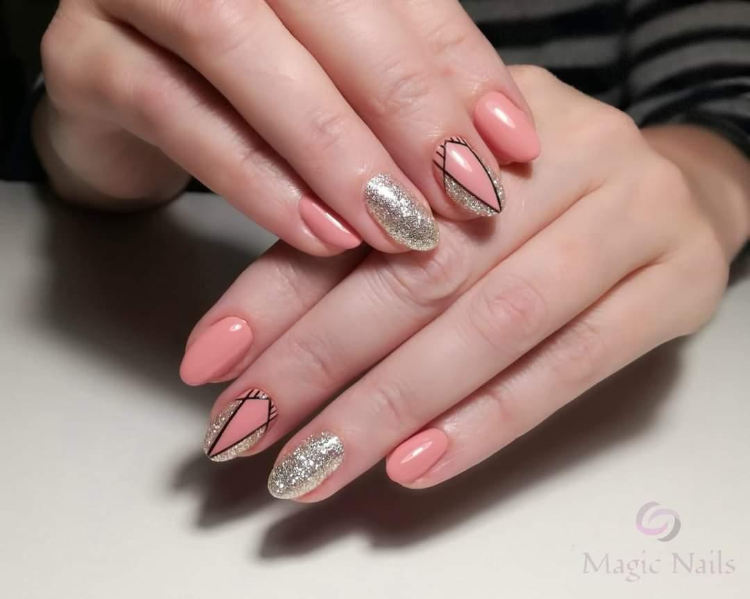 Геометрический маникюр с золотыми блестками в розовом цвете на короткие ногти.