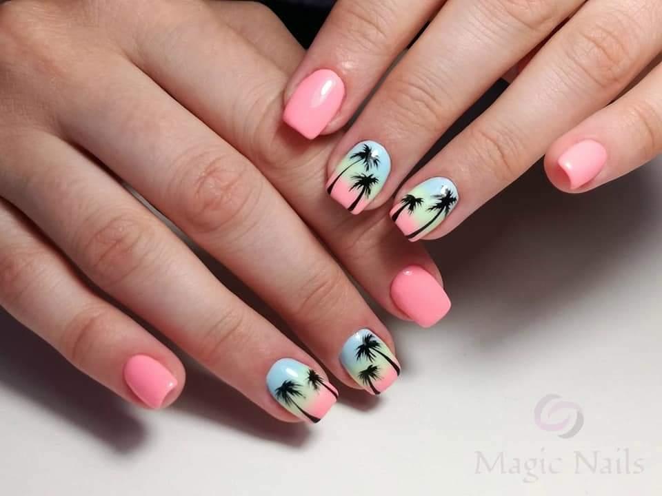 Маникюр с пальмами и градиентом в розовом цвете на короткие ногти.