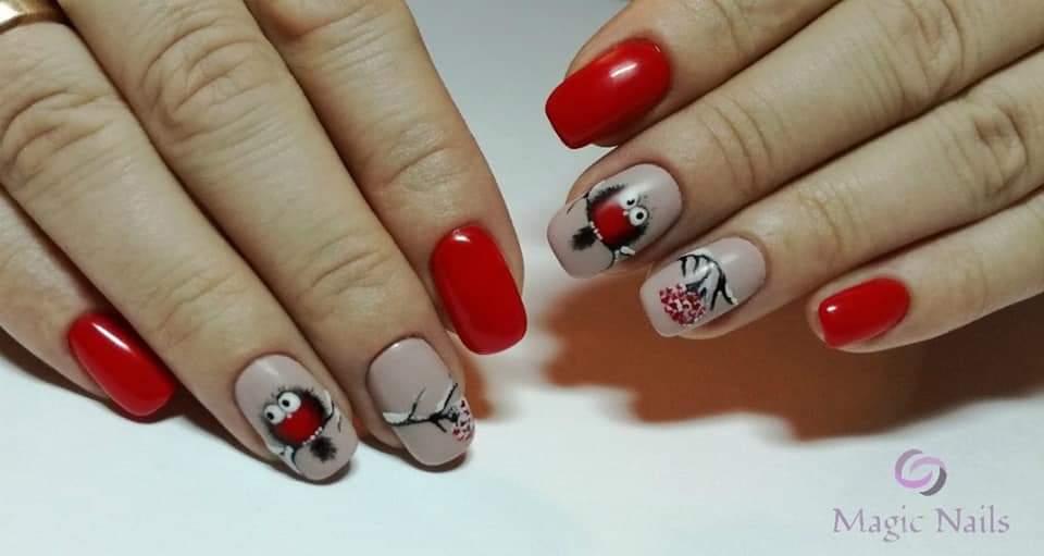 Маникюр с птичками в красном цвете на короткие ногти.