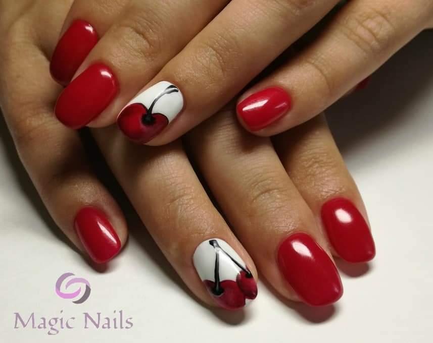 Маникюр с вишнями в бордовом цвете на короткие ногти.