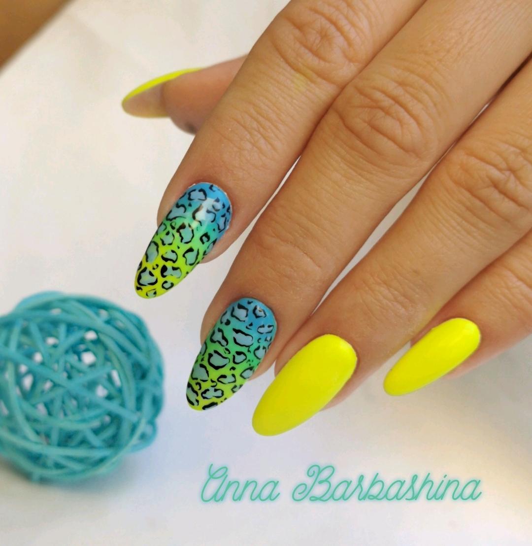 Маникюр с леопардовым принтом в желтом цвете на длинные ногти.