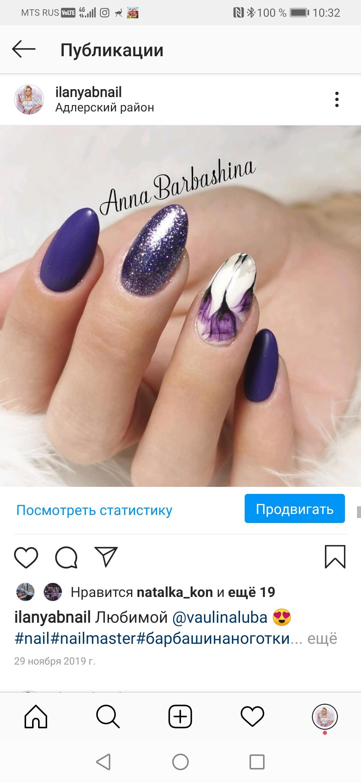 Маникюр с цветочным рисунком и блестками в фиолетовом цвете.