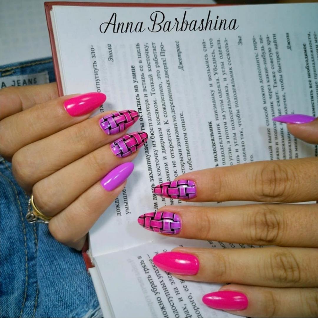 Маникюр со слайдерами в цвете фуксия на длинные ногти.
