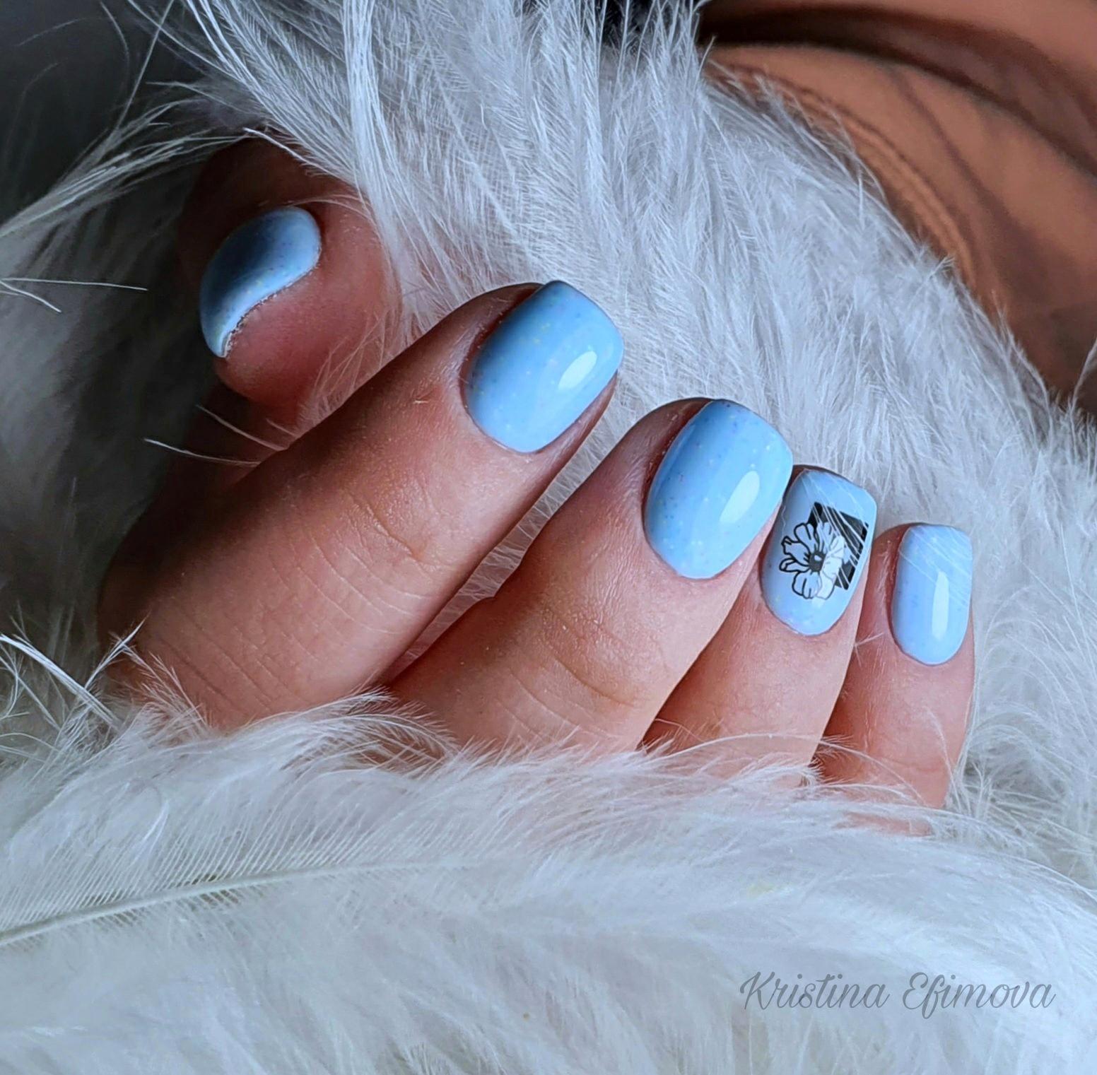 Маникюр с цветочным слайдером в голубом цвете на короткие ногти.