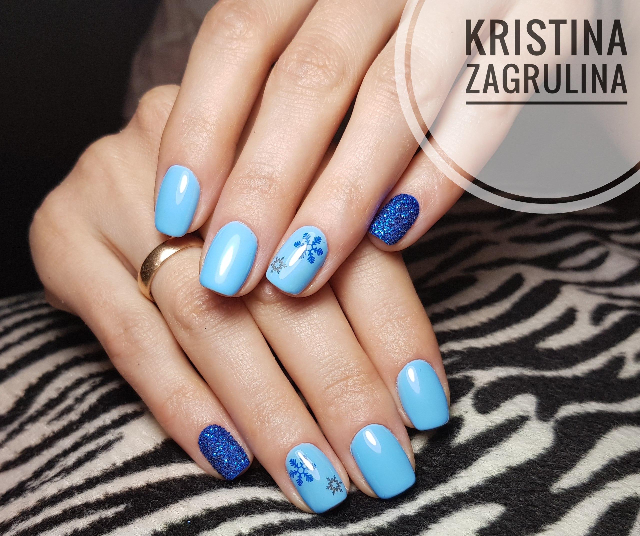 Зимний маникюр в голубом цвете, с синим акцентом  и снежинками снежинка ❄
