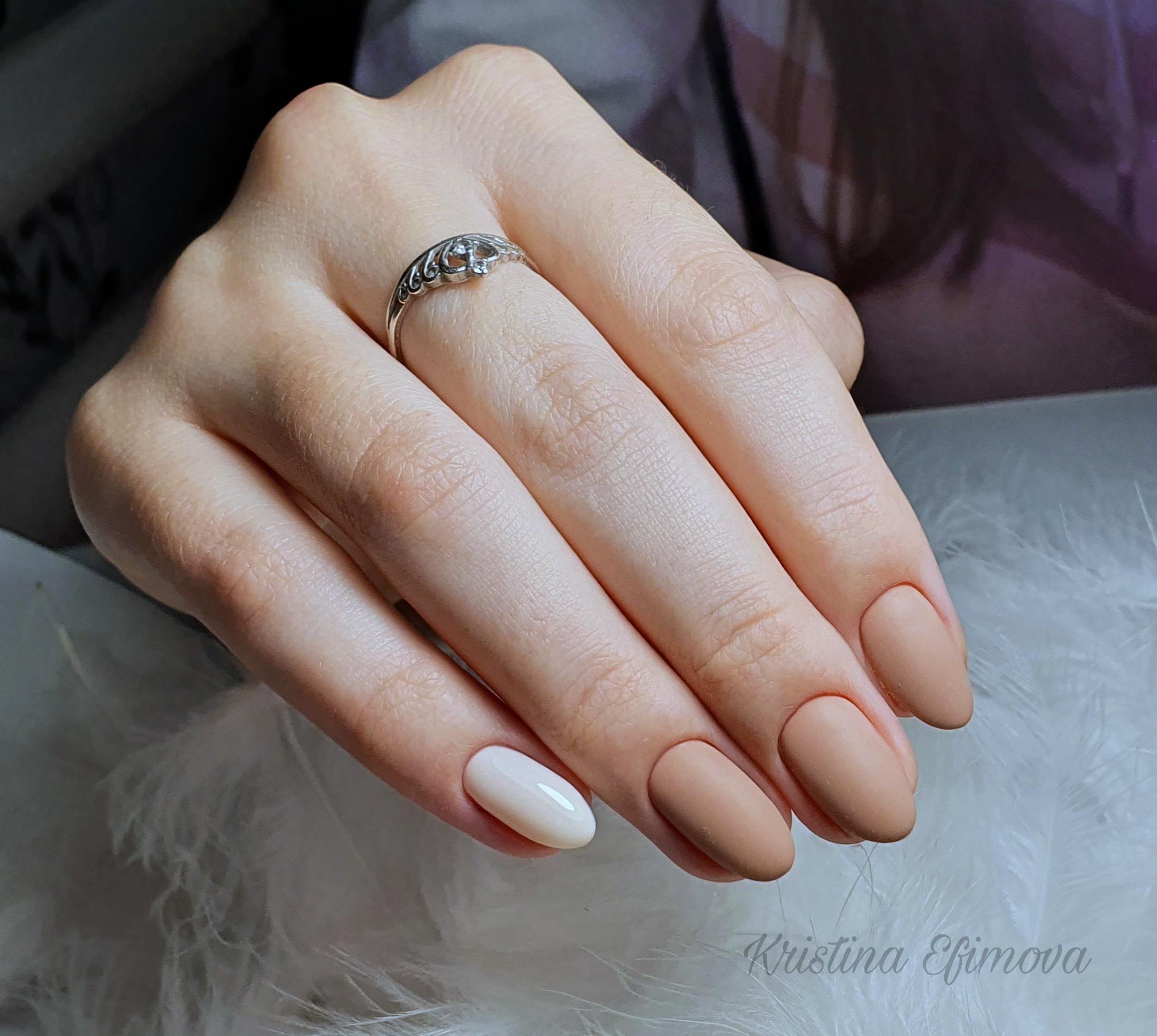 Матовый маникюр в бежевом цвете на короткие ногти.