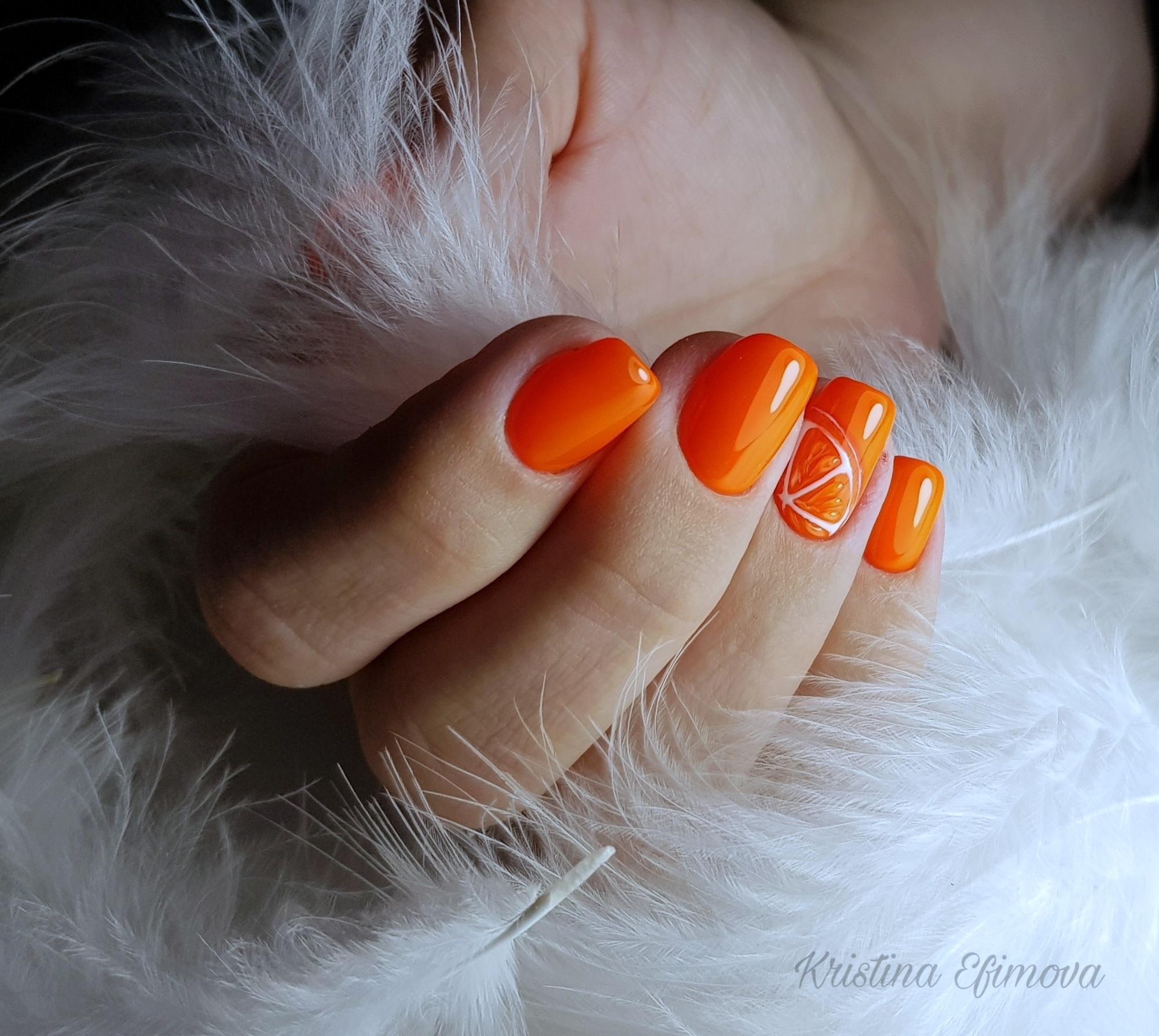 Маникюр с фруктовым рисунком в оранжевом цвете.