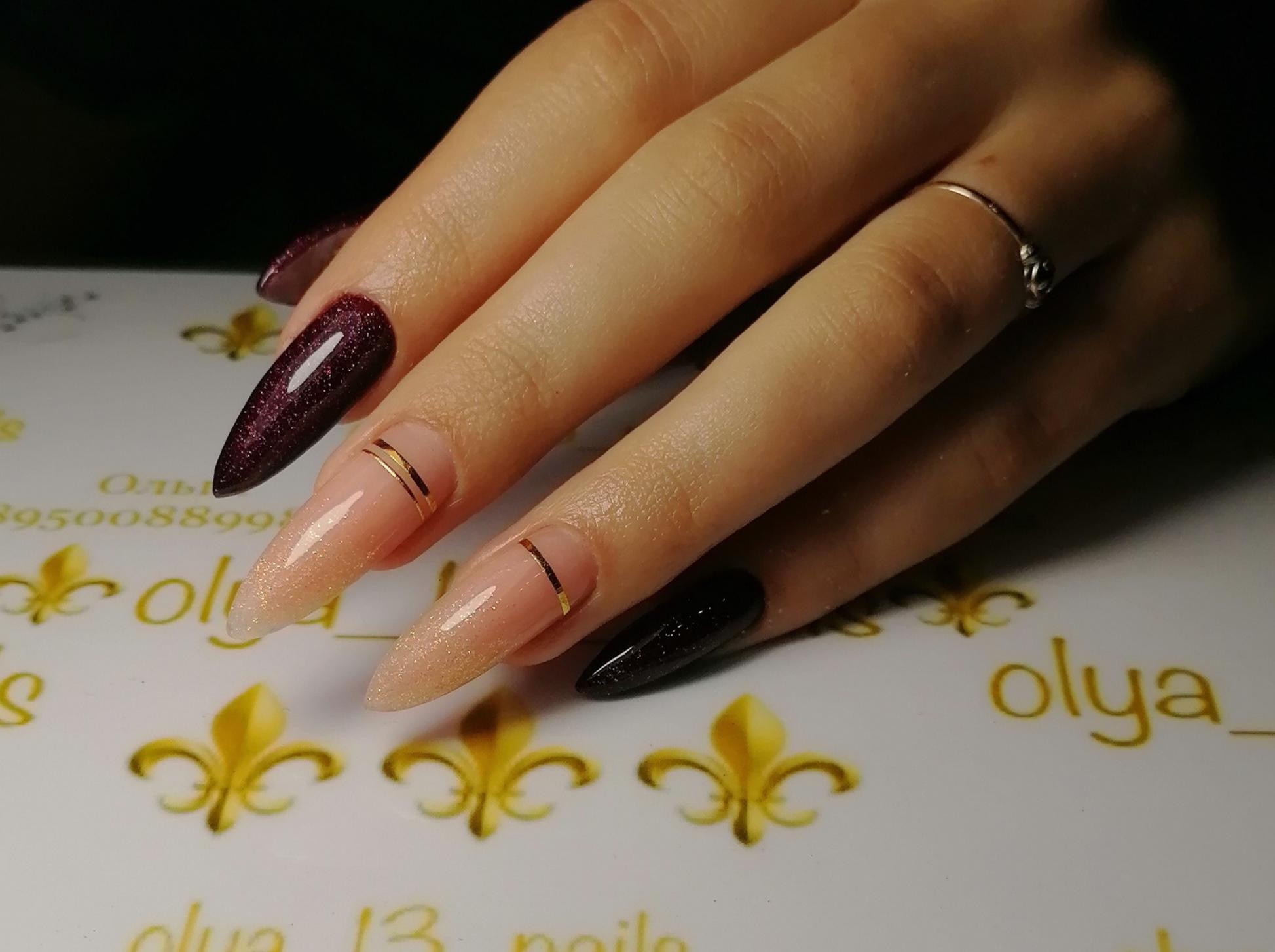 Маникюр с нюдовым дизайном, золотыми полосками и блестками в баклажановом цвете на длинные ногти.