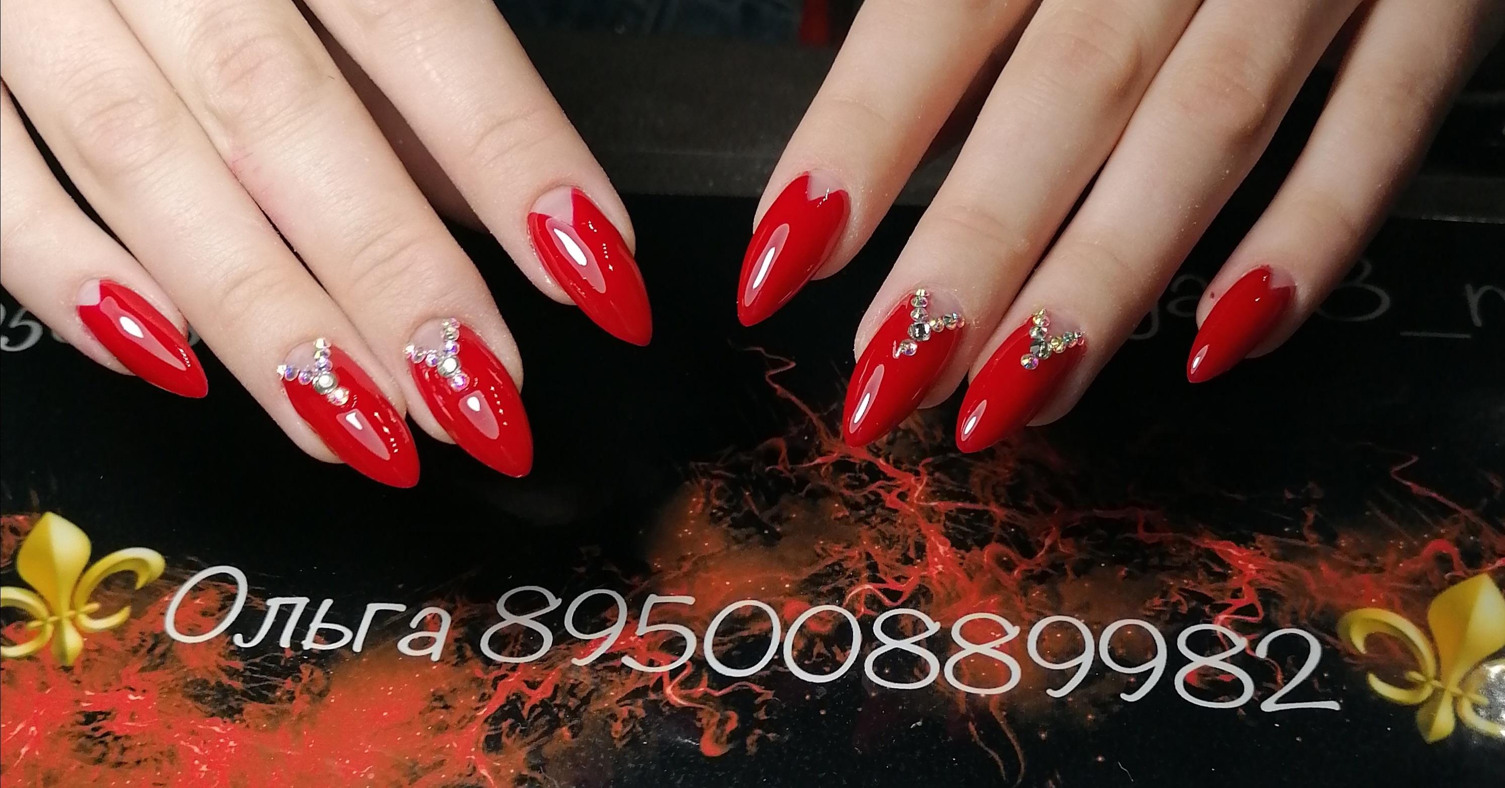 Лунный маникюр со стразами в красном цвете на длинные ногти.