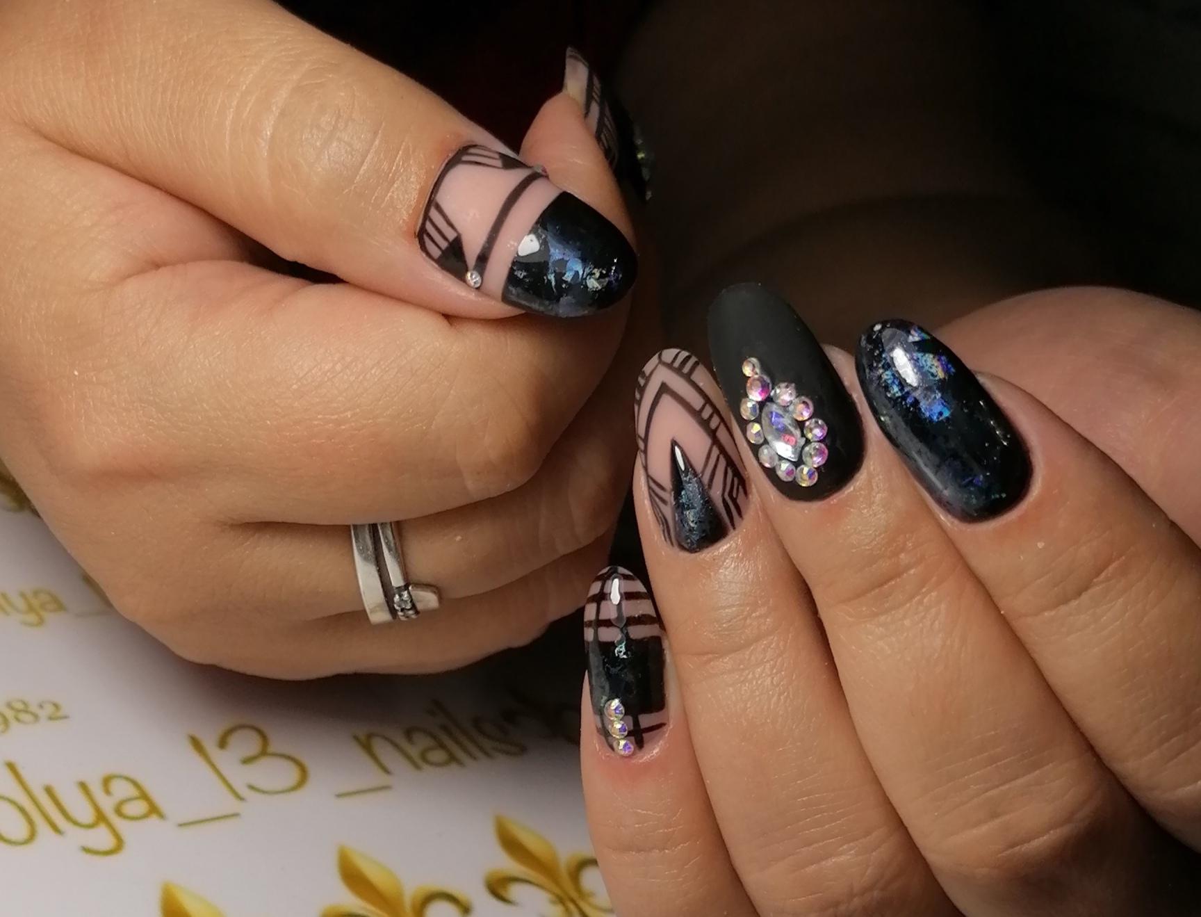 Геометрический маникюр со стразами в черном цвете на длинные ногти.