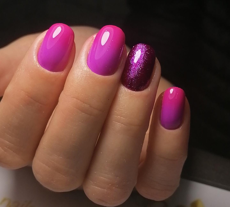 Маникюр с блестками в лиловом цвете на короткие ногти.