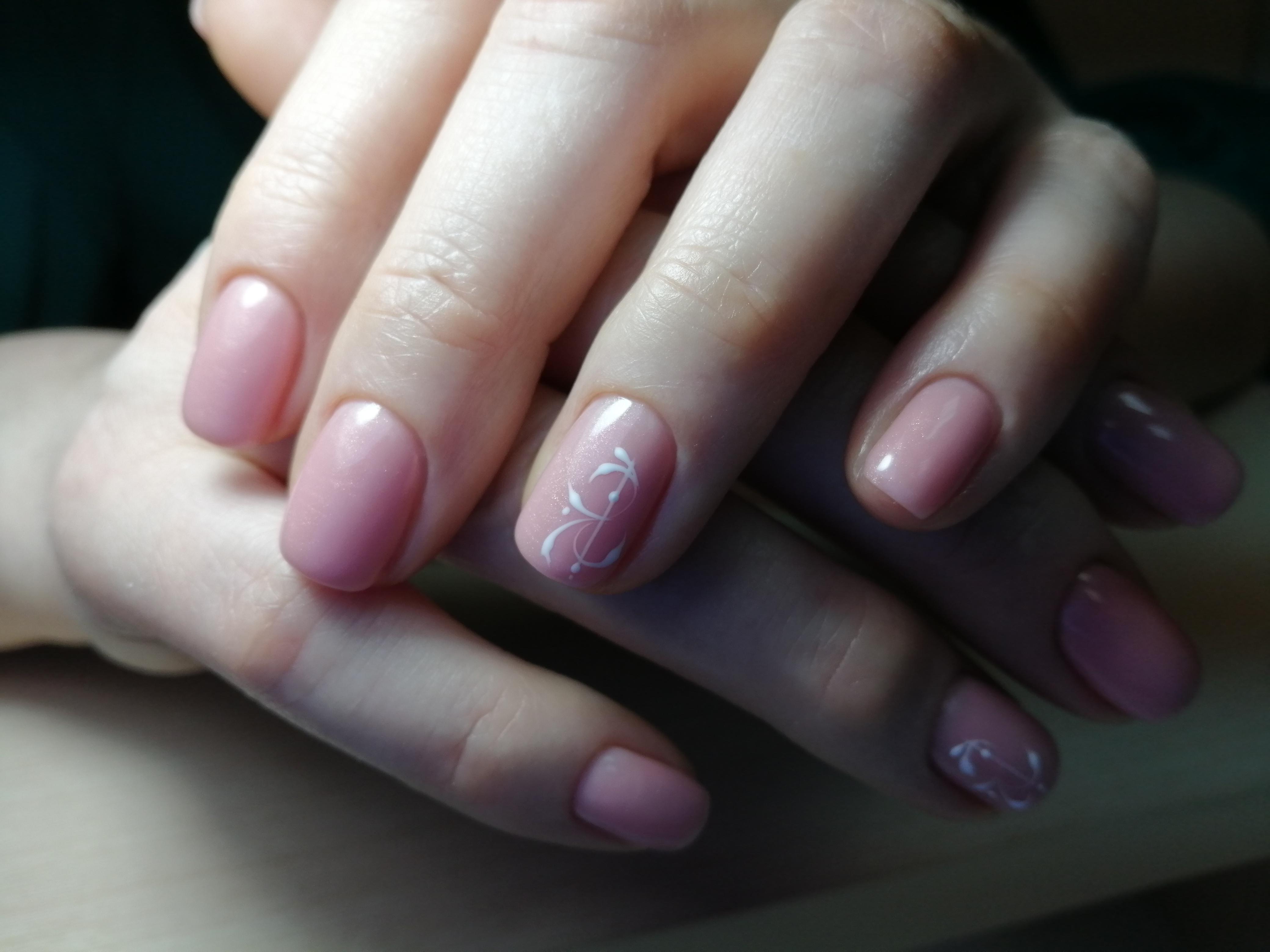 Маникюр с рисунком в розовом цвете.