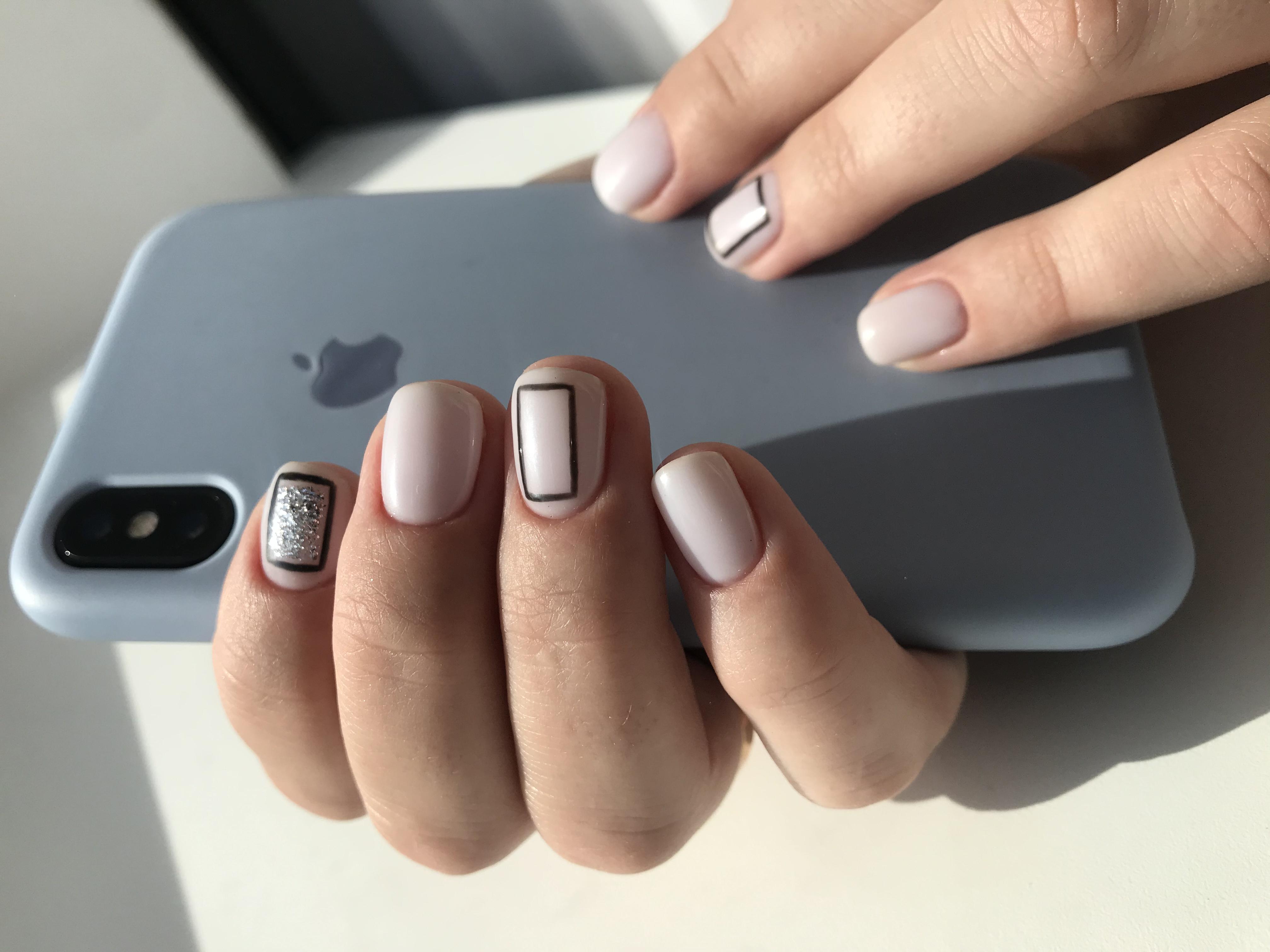Геометрический нюдовый маникюр с блестками на короткие ногти.