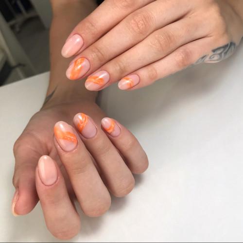 Пастельные оттенки на коротких ногтях выглядят нежно.