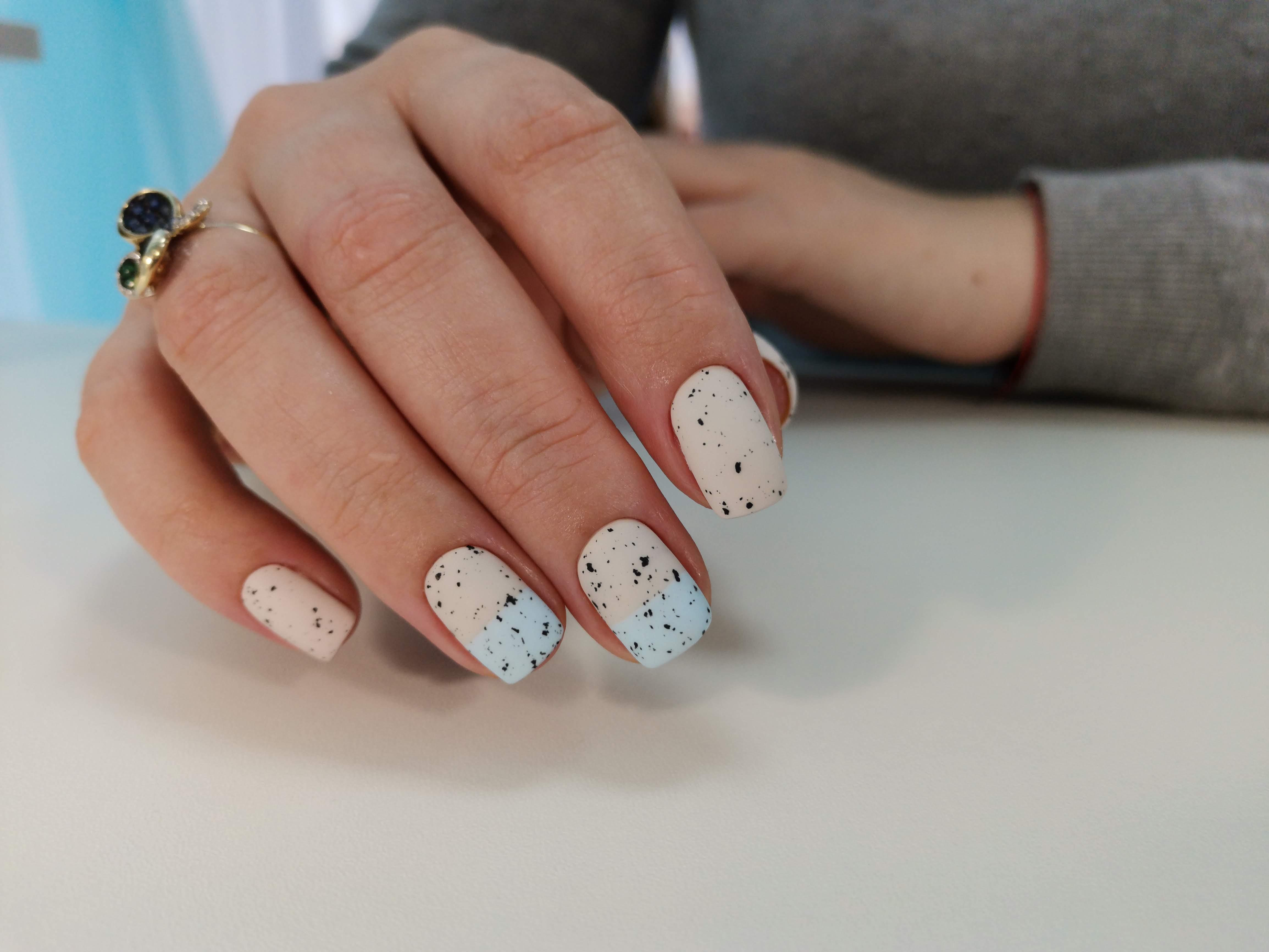 Матовый маникюр с абстрактным рисунком в бежевом цвете на короткие ногти.