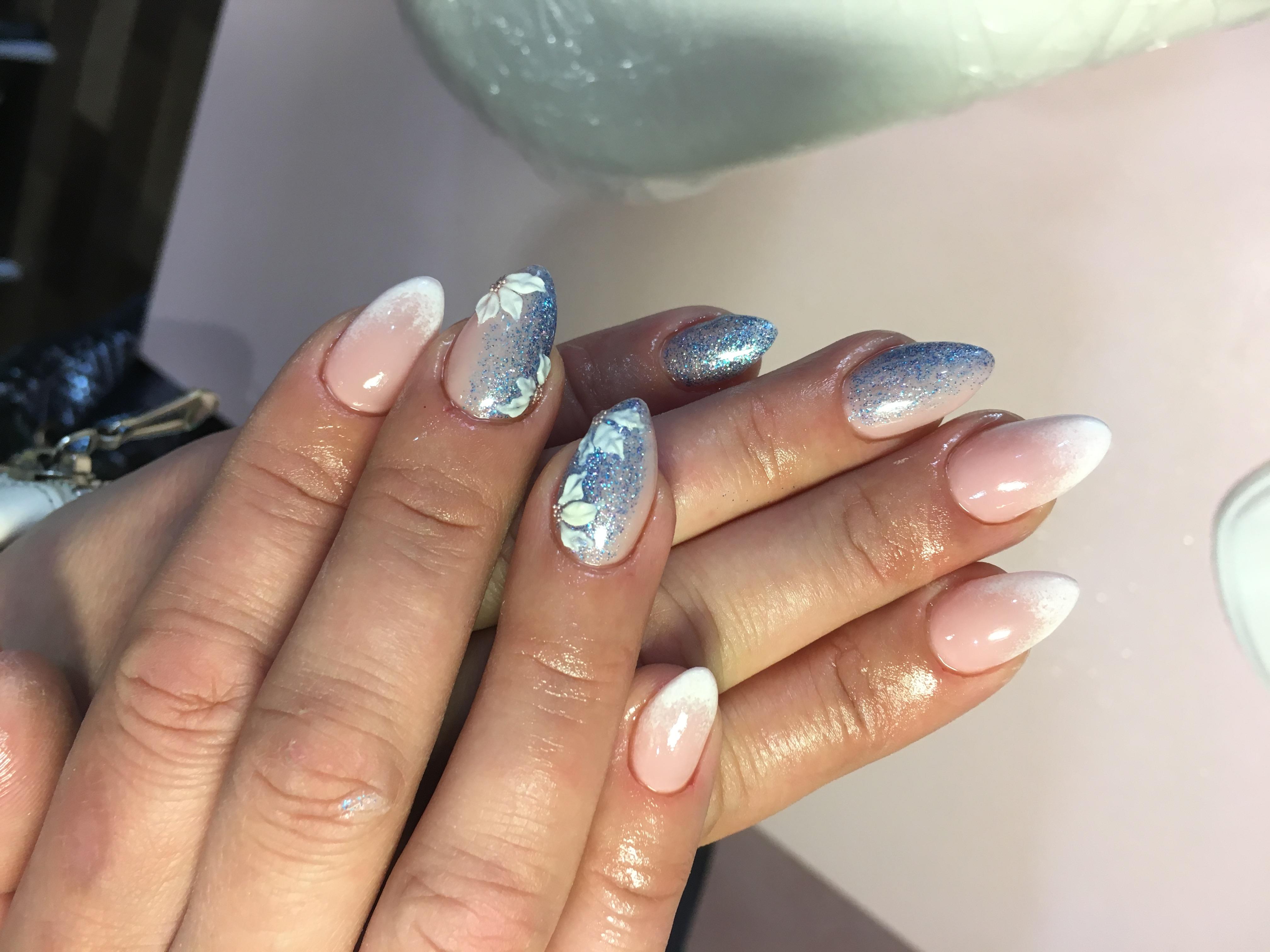 Нюдовый маникюр с  градиентом, цветочной лепкой и серебряными блестками на короткие ногти.