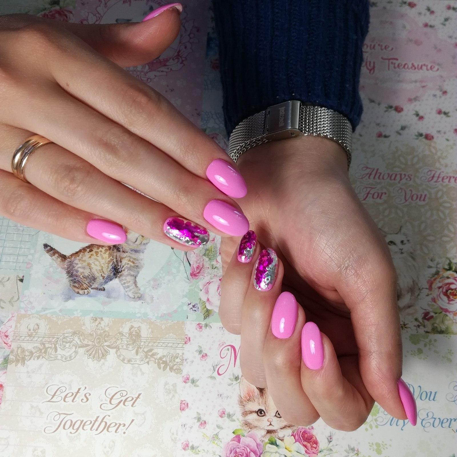 Маникюр с цветной фольгой в розовом цвете.