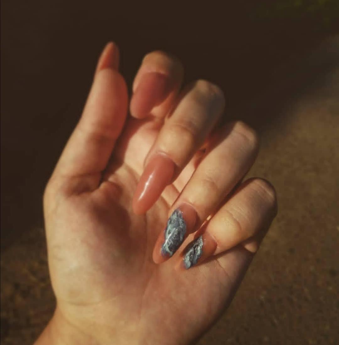Маникюр с морским дизайном в коричневом цвете на длинные ногти.