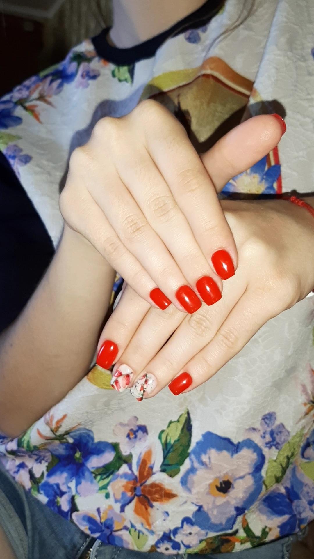 Маникюр с акварельным цветочным рисунком в красном цвете на короткие ногти.