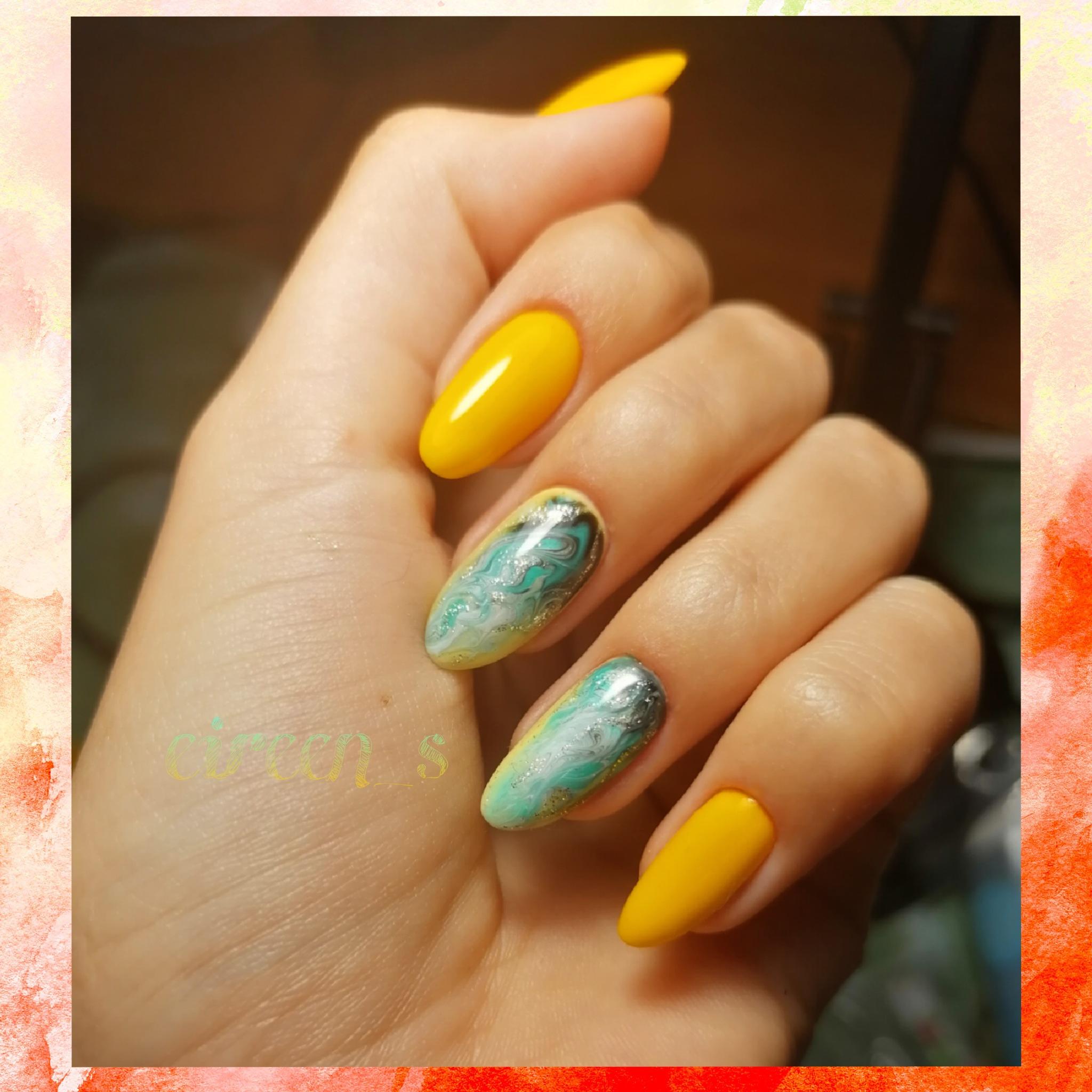 Маникюр с морским дизайном в желтом цвете на длинные ногти.