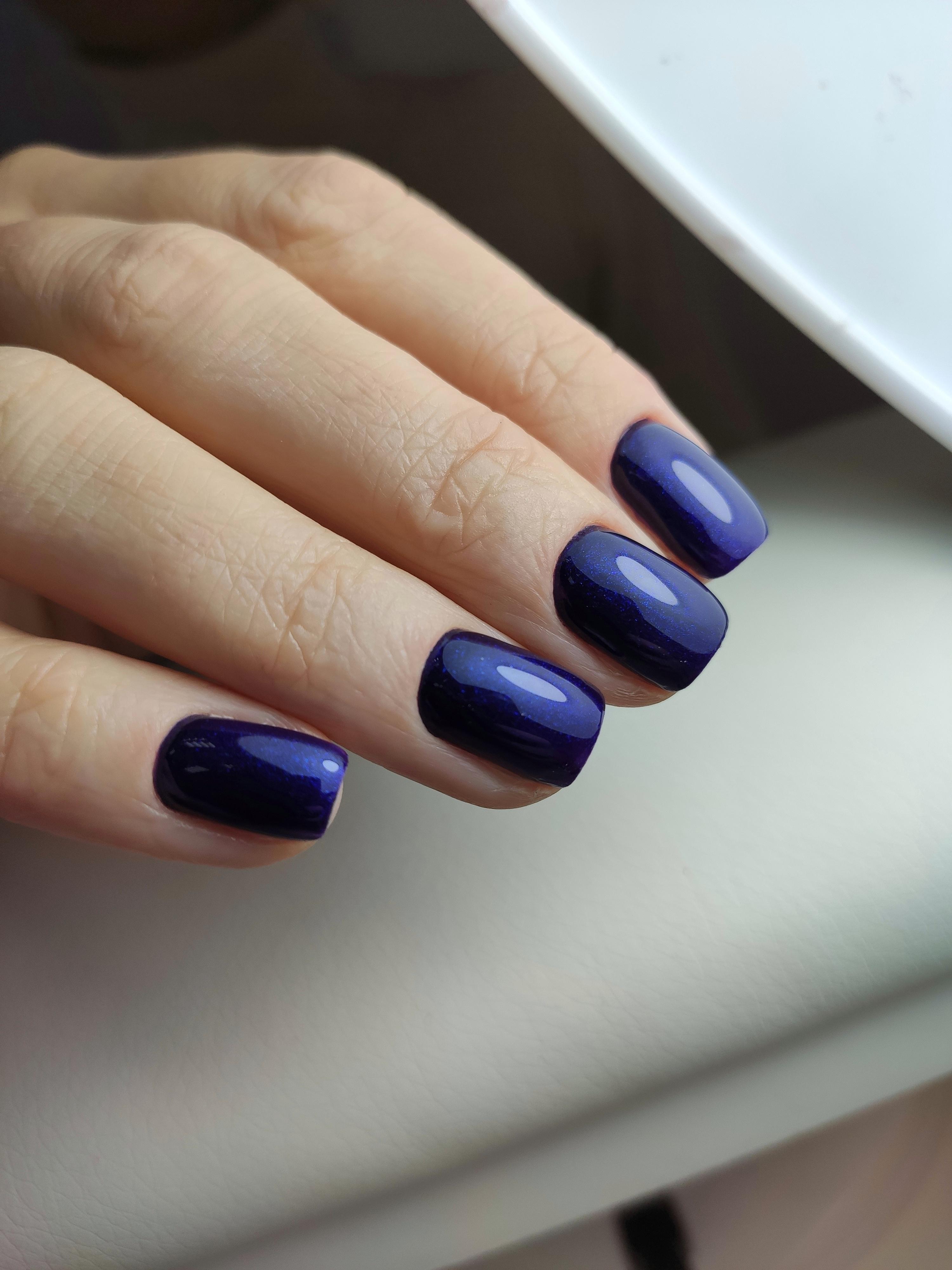 Однотонный маникюр в тёмно-синем цвете.