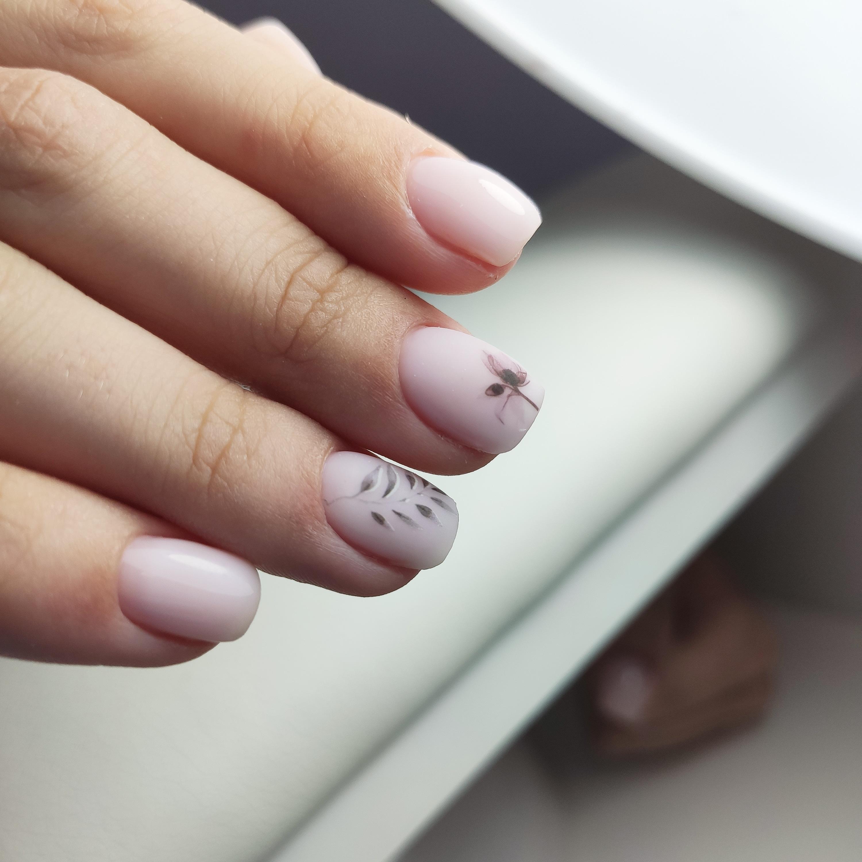 Нюдовый маникюр с растительными слайдерами на короткие ногти.