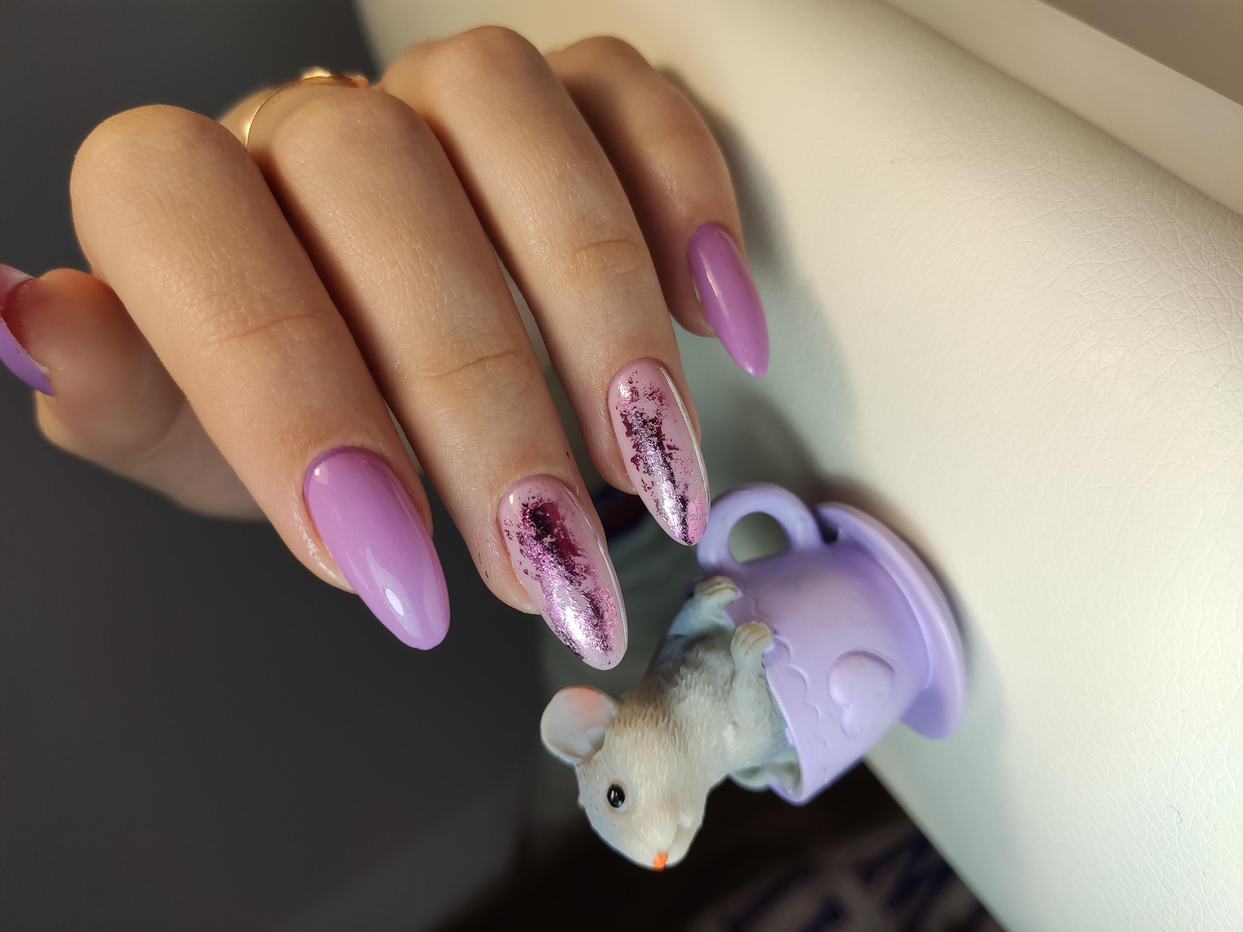 Маникюр в сиреневом цвете с розовым дизайном и блёстками.