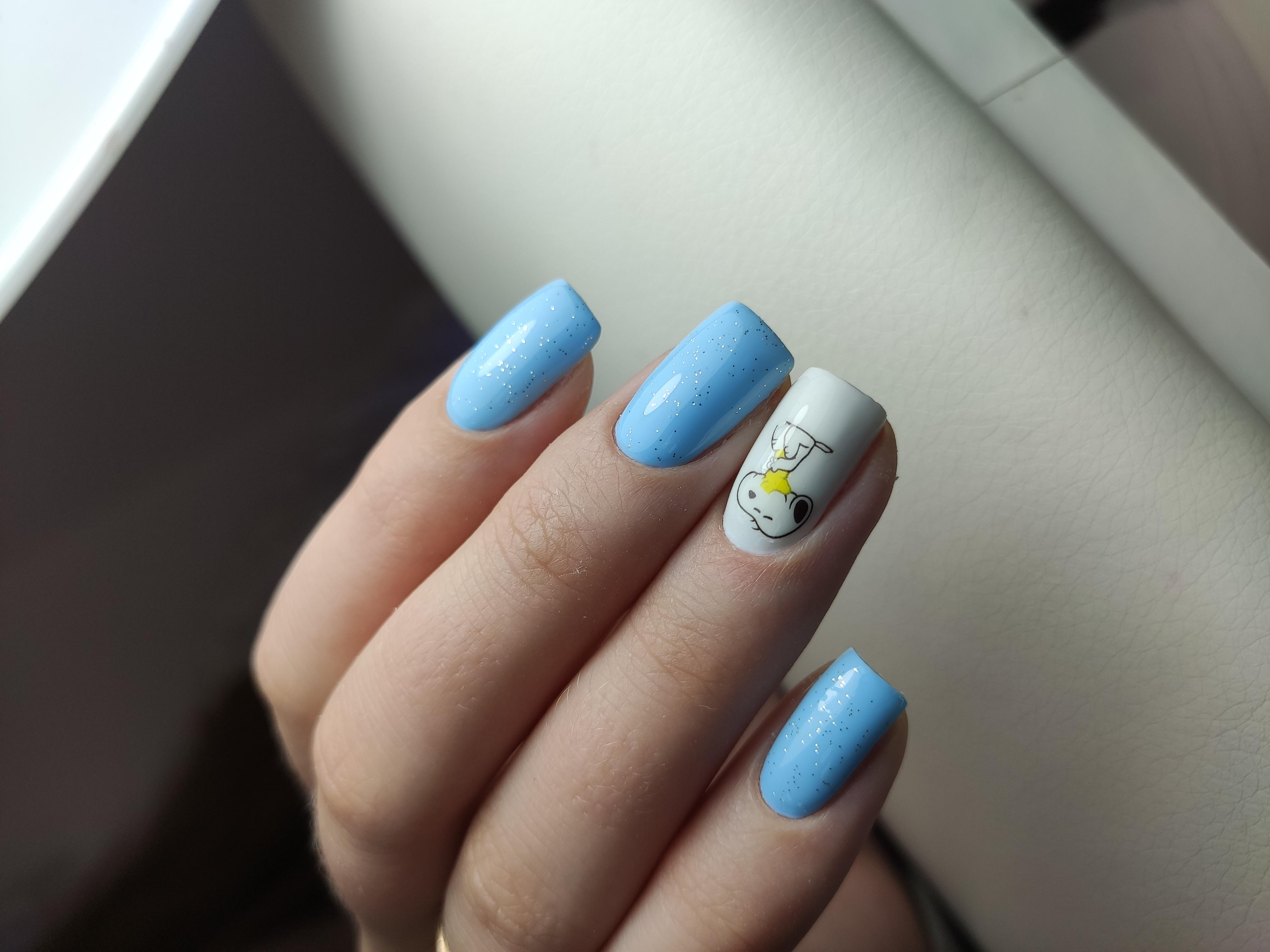 Маникюр с мультяшным рисунком в голубом цвете.