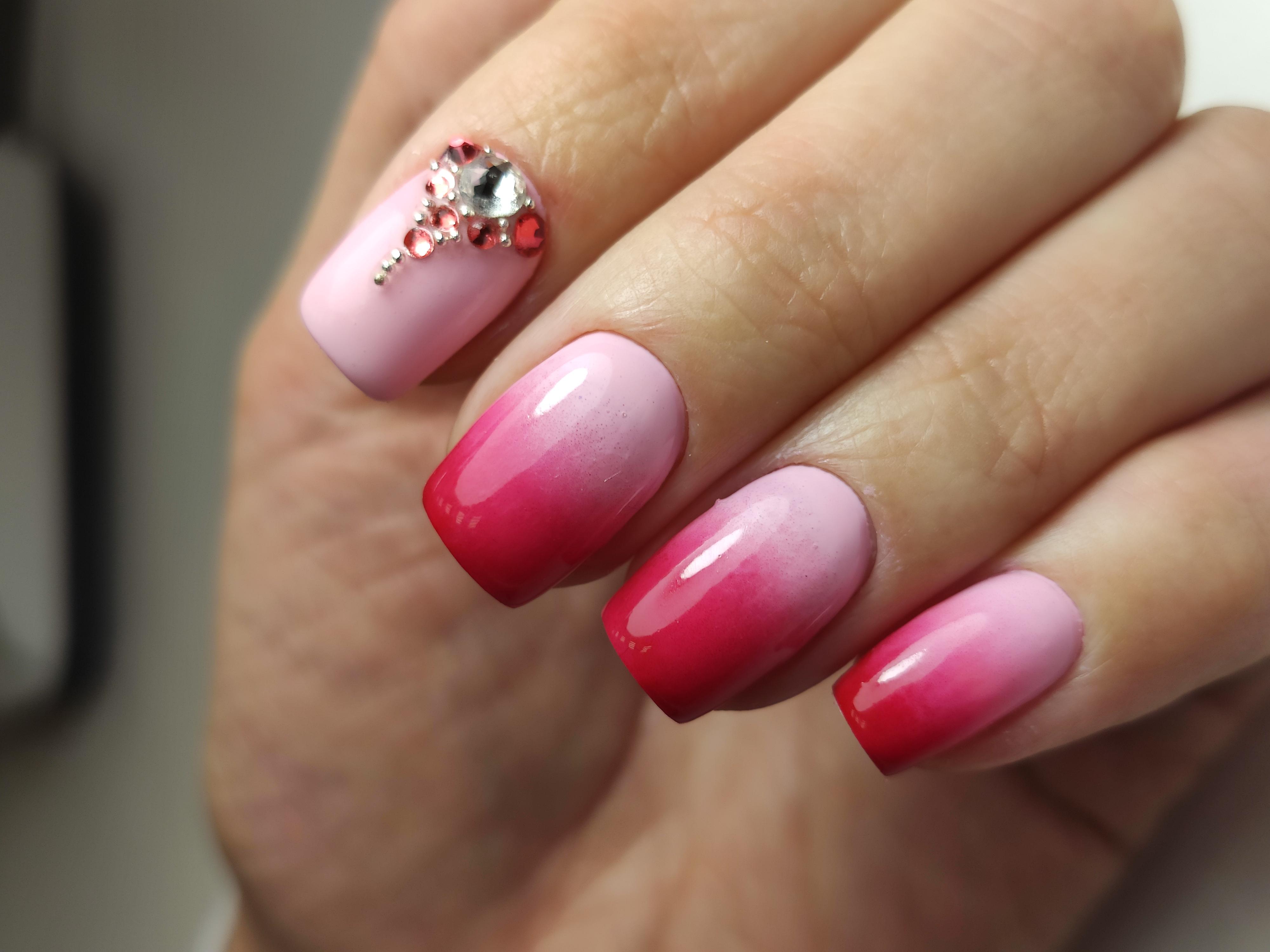 Маникюр с градиентом и стразами в розовом цвете.