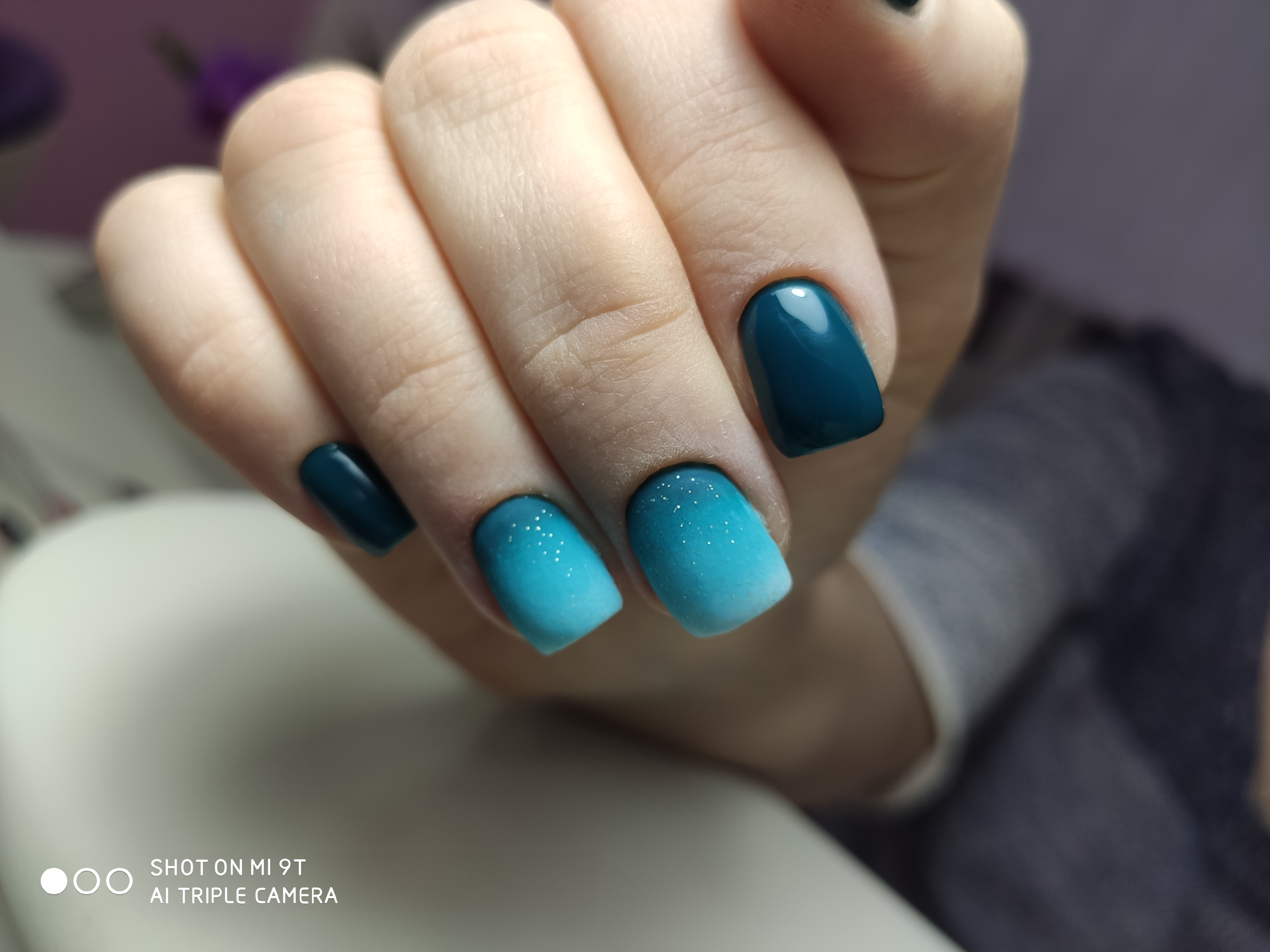 Маникюр с матовым градиентом в темно-синем цвете